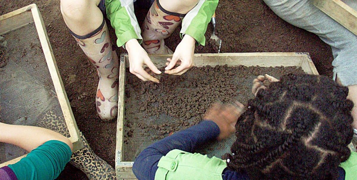 Fouille archéologique effectuée par des enfants