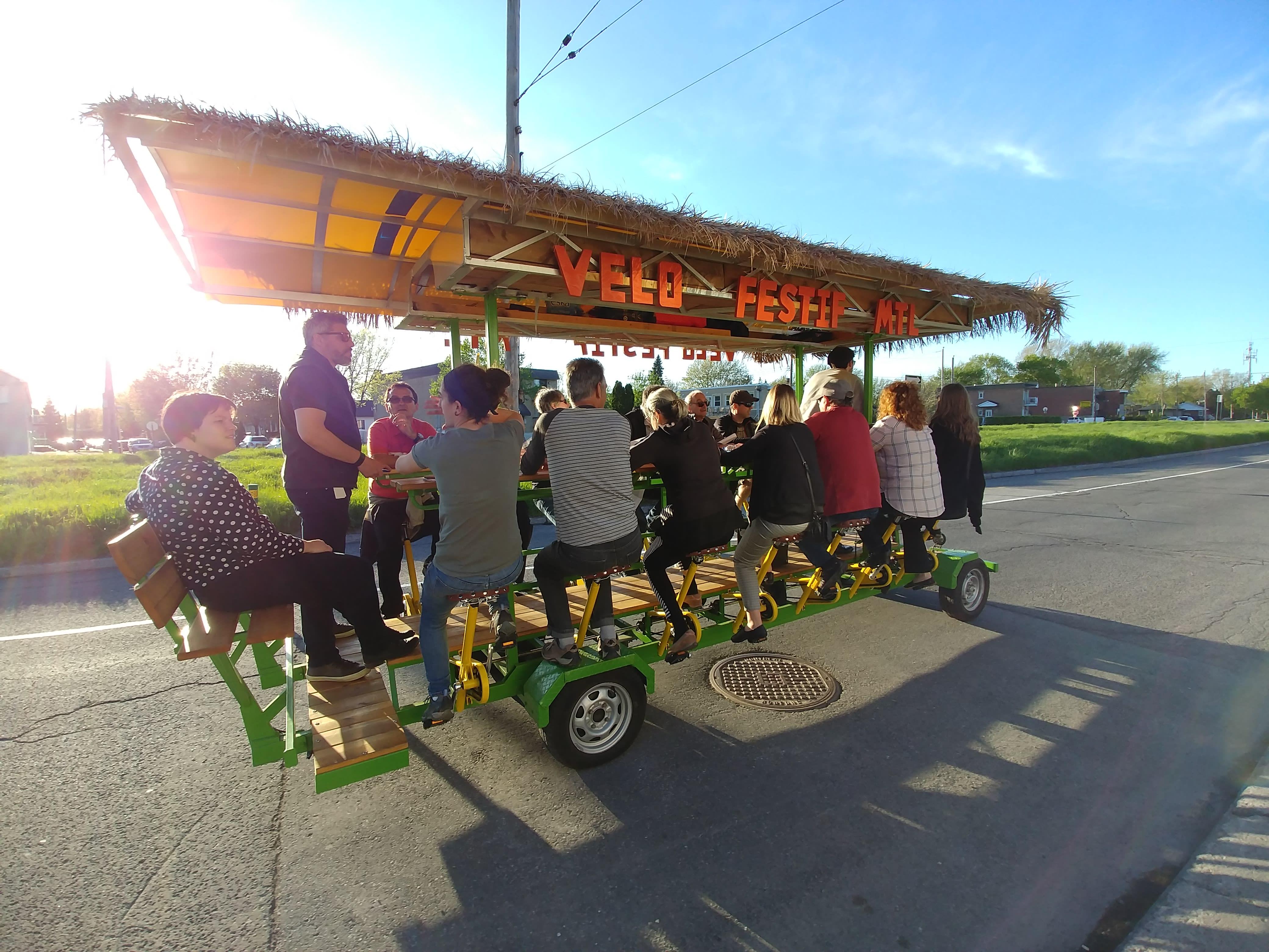 Des citoyens sur le vélo-festif découvrent la friche ferroviaire à l'arrondissement de Rivière-des-Prairies-Pointe-aux-Trembles.
