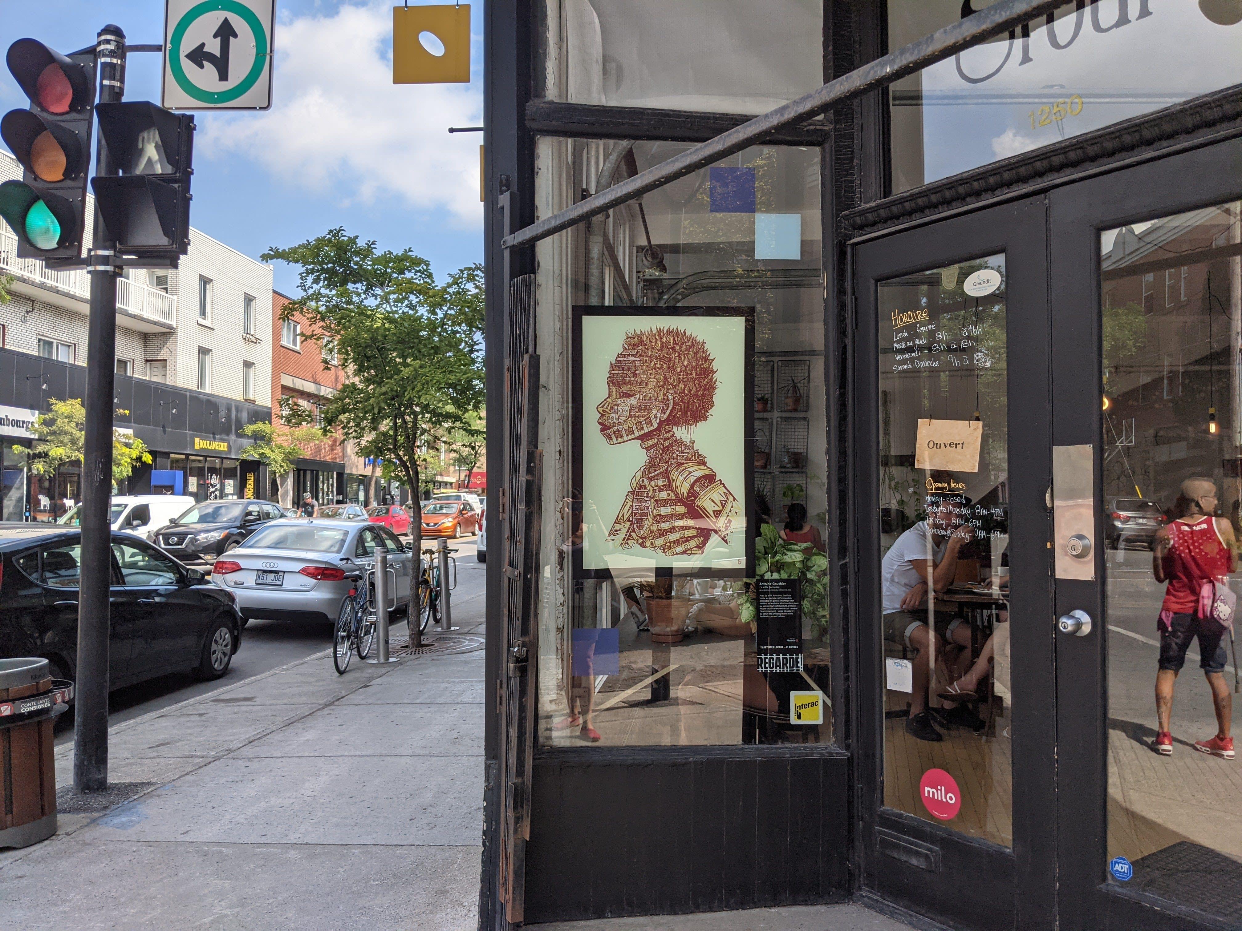 Affiche dans vitrine d'un café