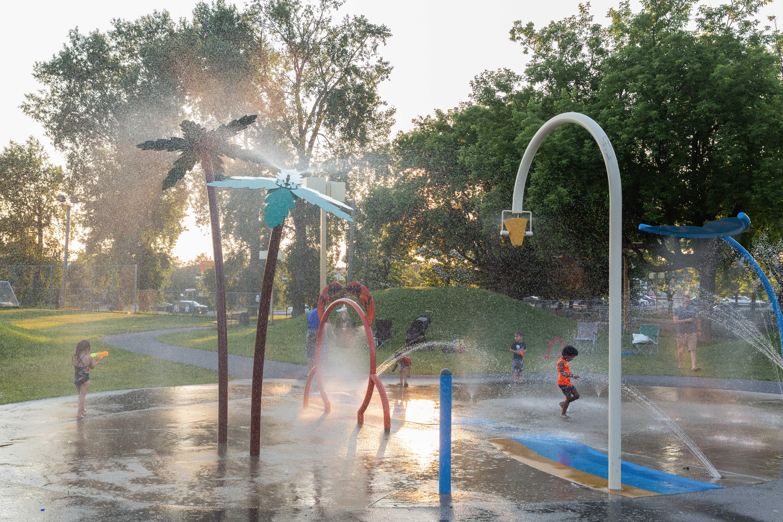 Enfants qui jouent dans un jeu d'eau