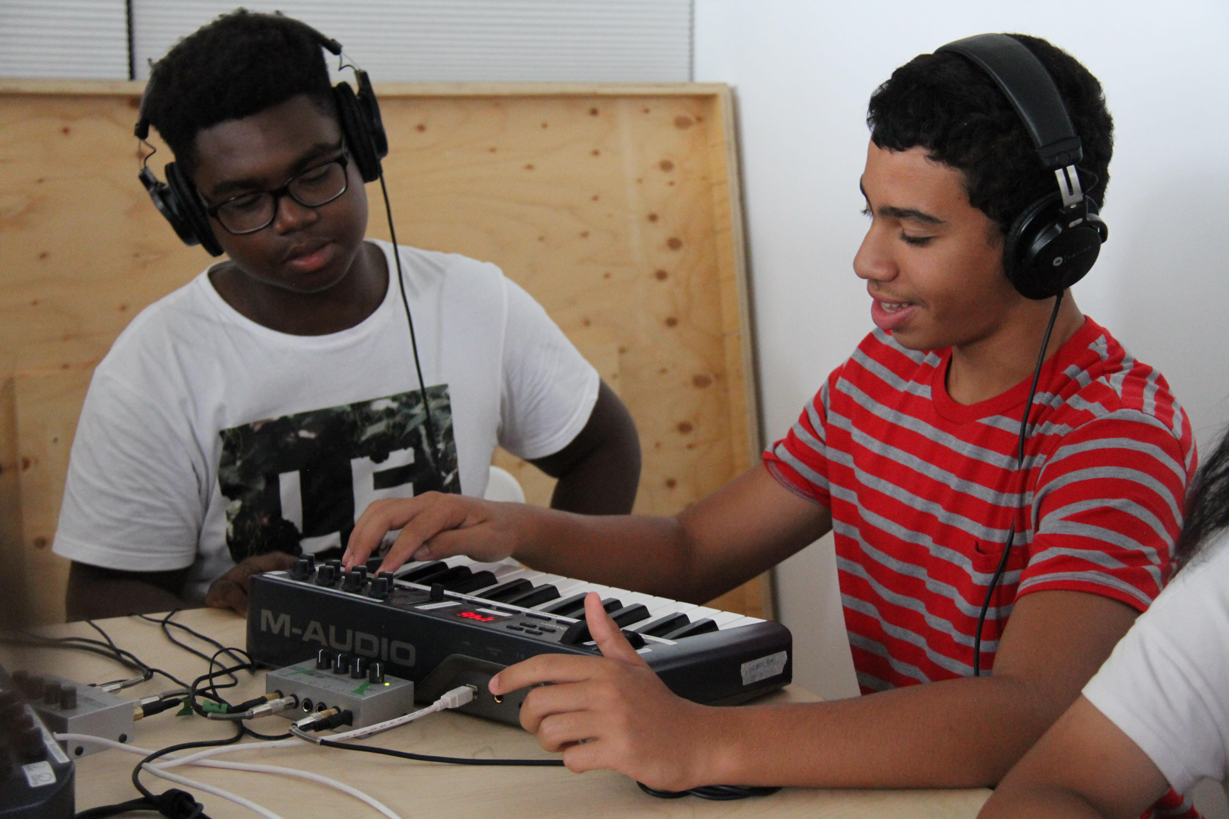 Adolescents expérimentant la création sonore