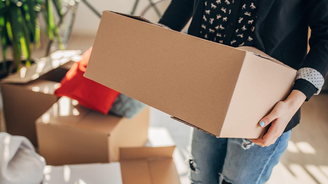 Femme qui déplace des boîtes de déménagement