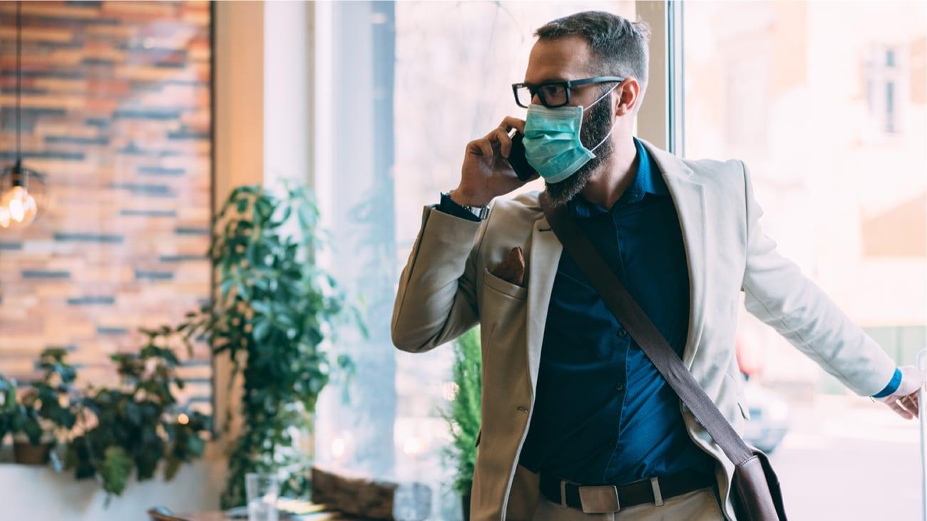 Homme qui porte un masque - Réouverture des Bureaux Accès Montréal