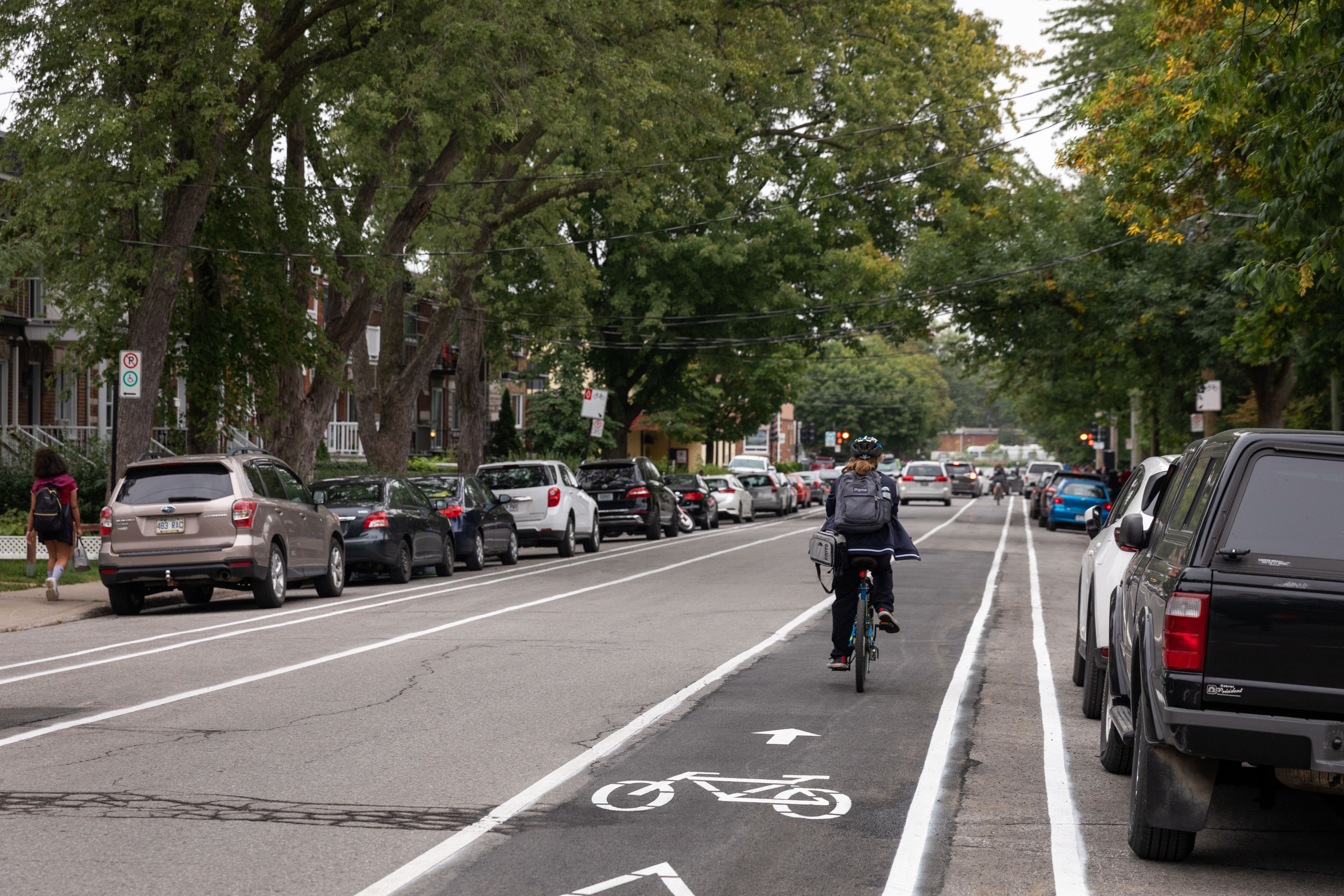 Une cycliste utilise la nouvelle piste cyclable sur le boulevard Lapointe