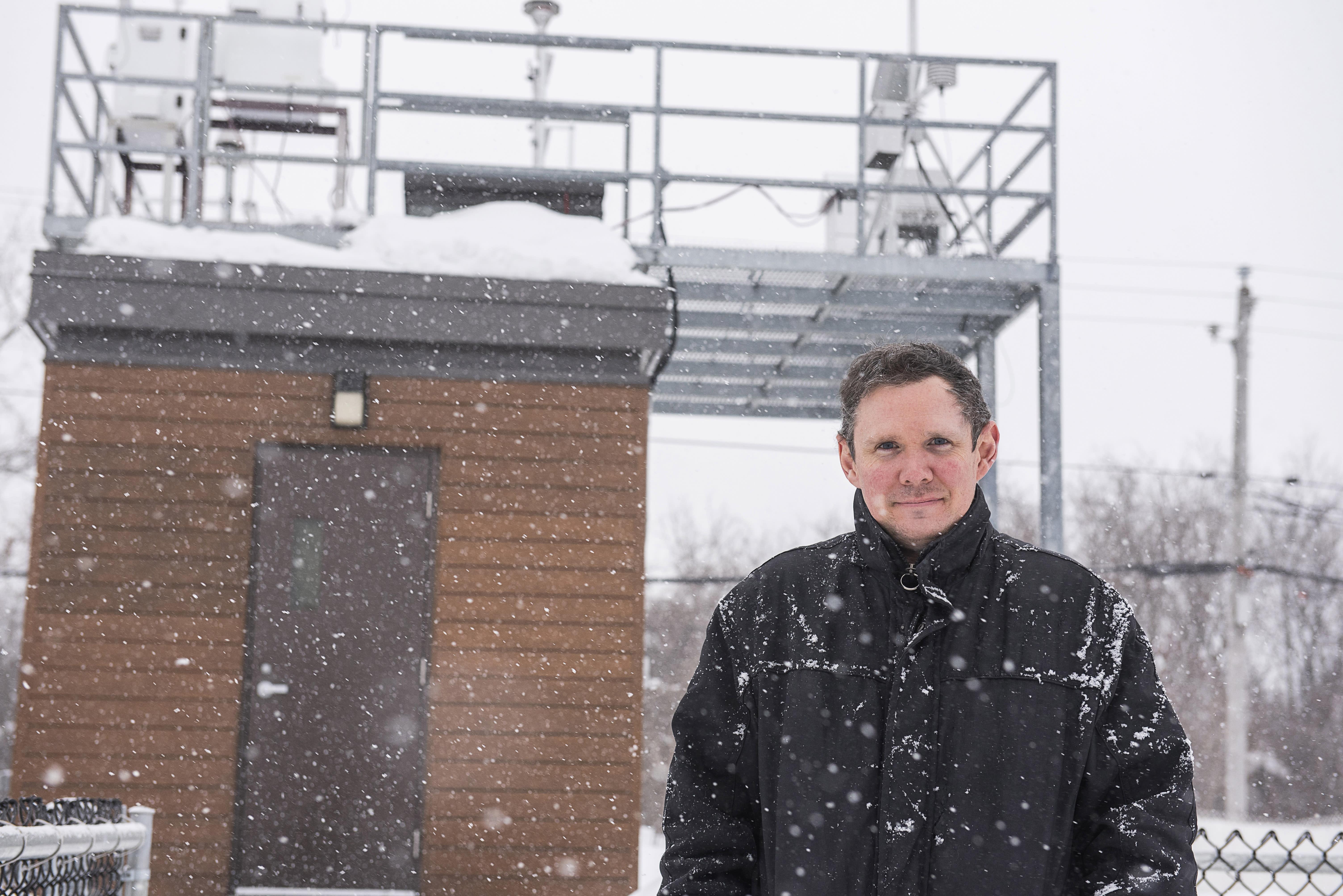 Fabrice Godefroy devant la station de la qualité de l'air à Pointe-aux-Trembles