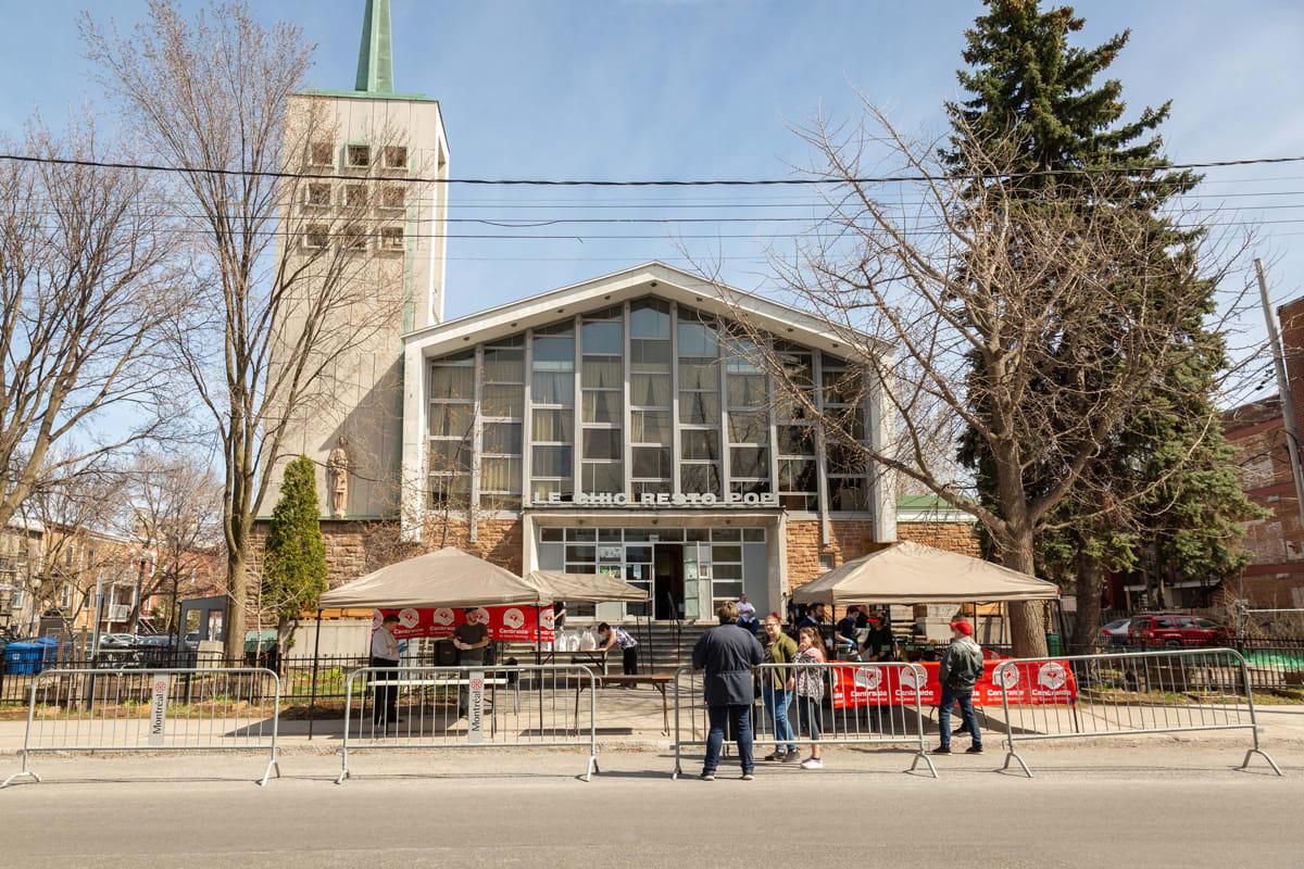 Vue d'une halte, devant une église.