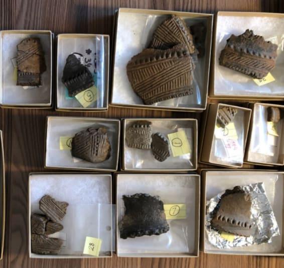 Tessons de poterie découverts lors des fouilles archéologiques