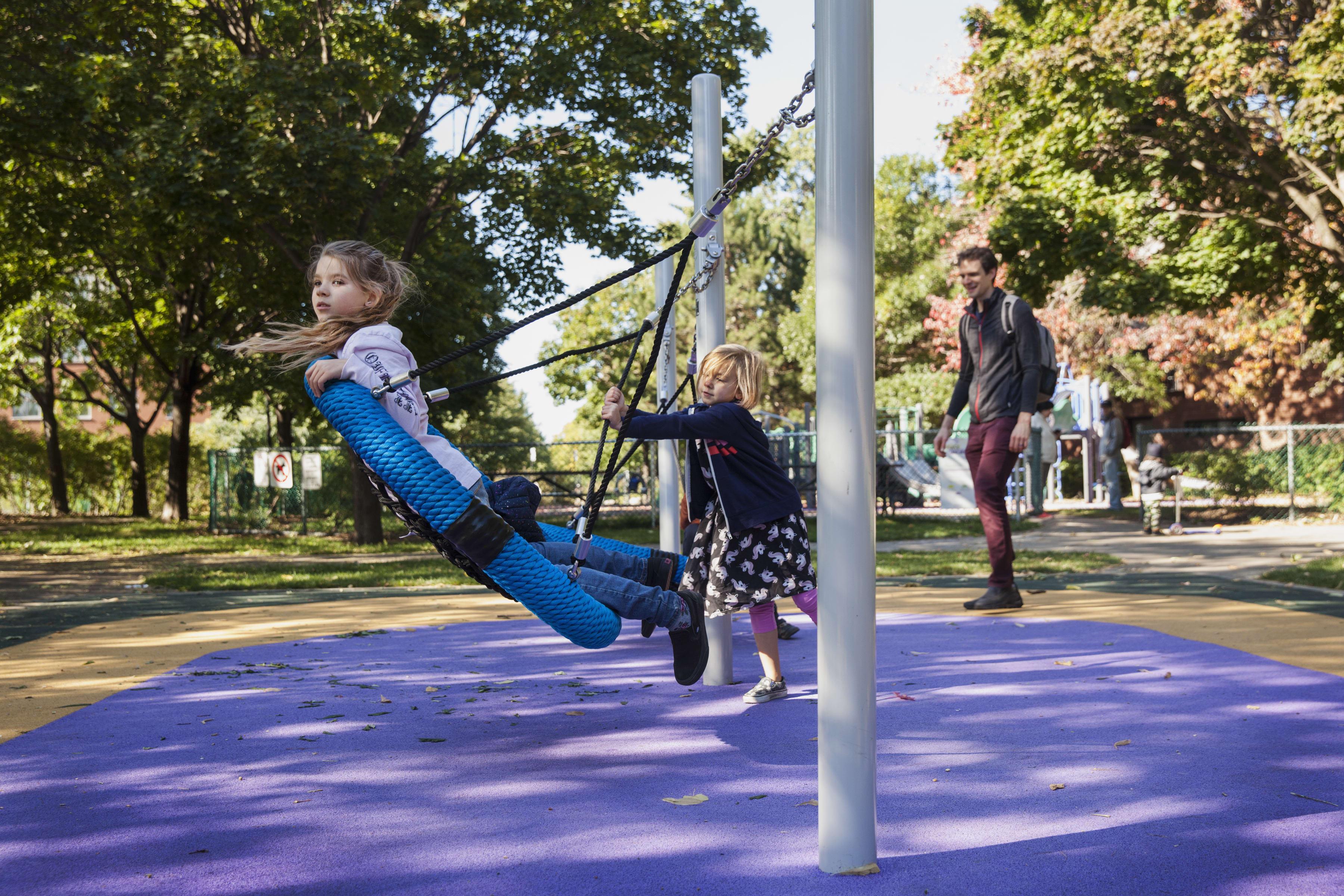 Jeux universellement accessibles au parc du Lac-à-la-Loutre