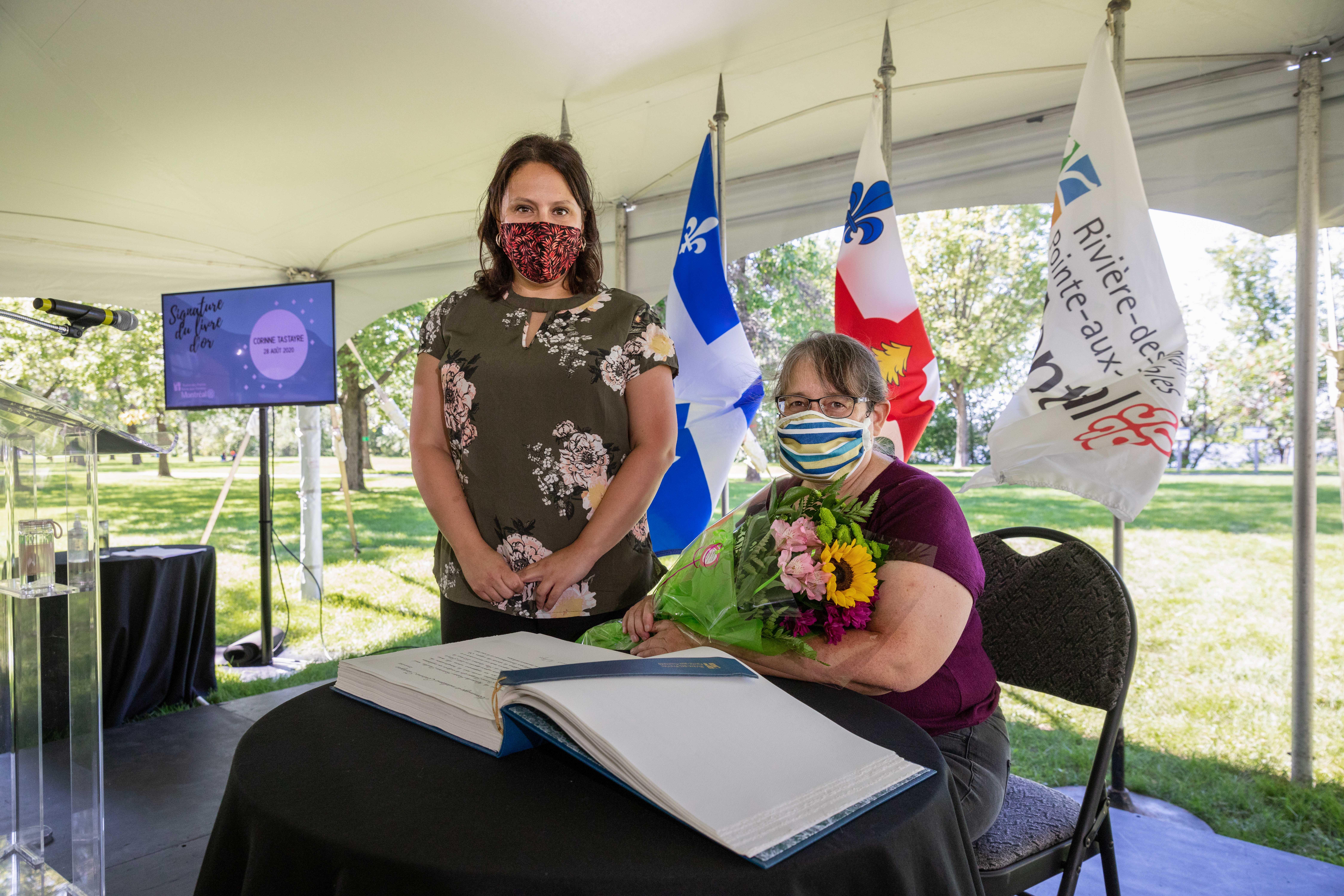 Deux femmes dont une qui signe un livre