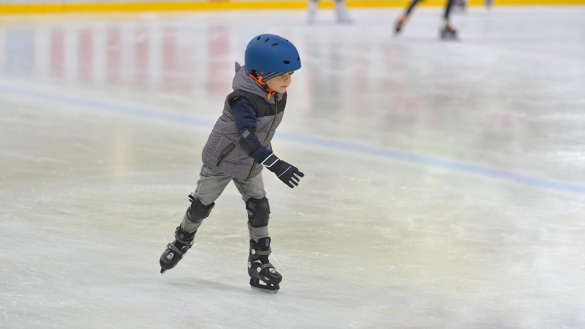 jeune garçon qui patine