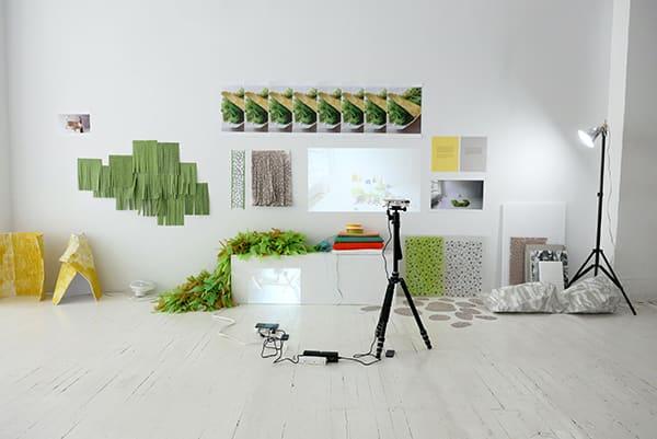 Grande pièce blanche avec des accessoires verts et jaunes