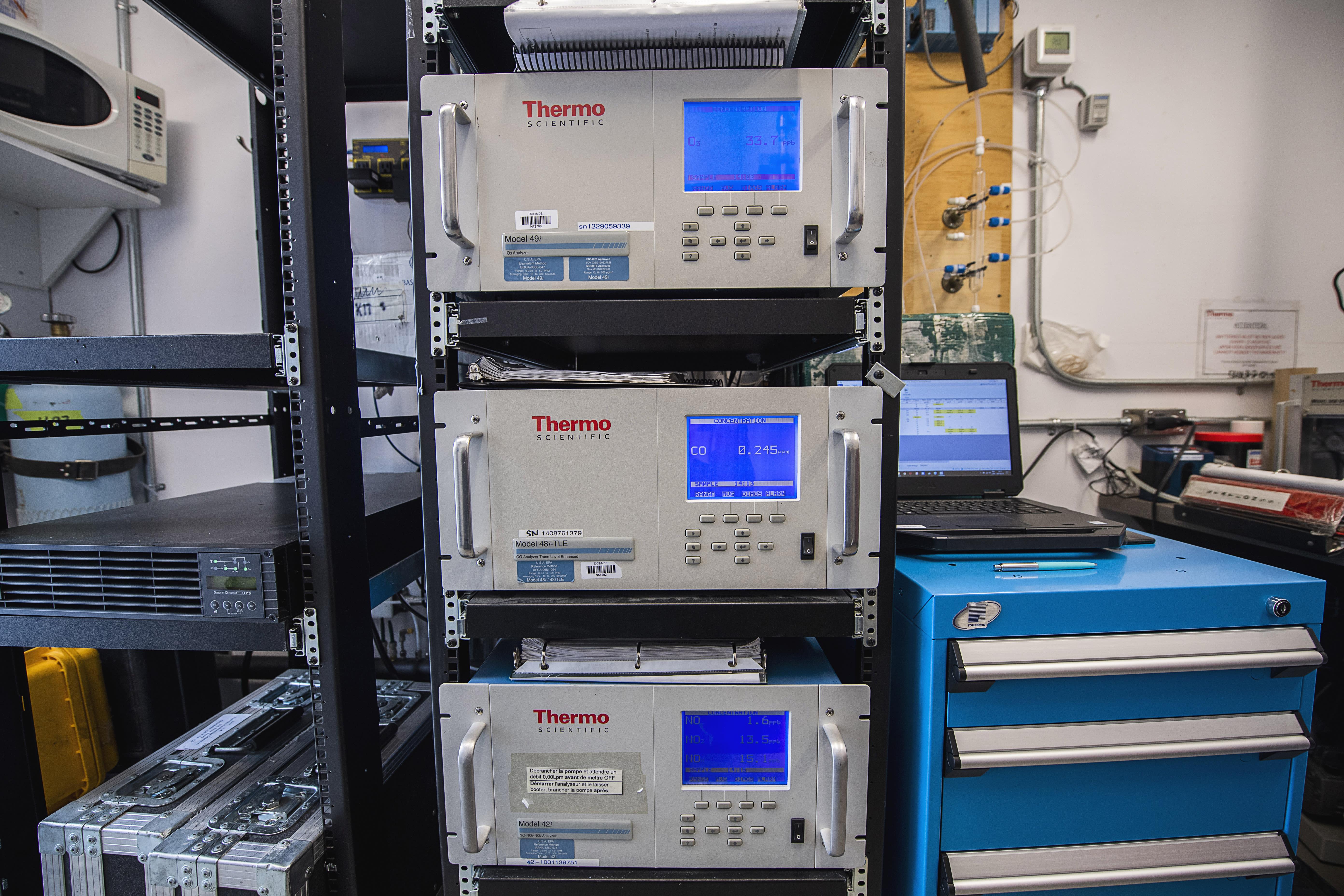 Baie d'analyseurs dans une station de la qualité de l'air de Pointe-aux-Trembles