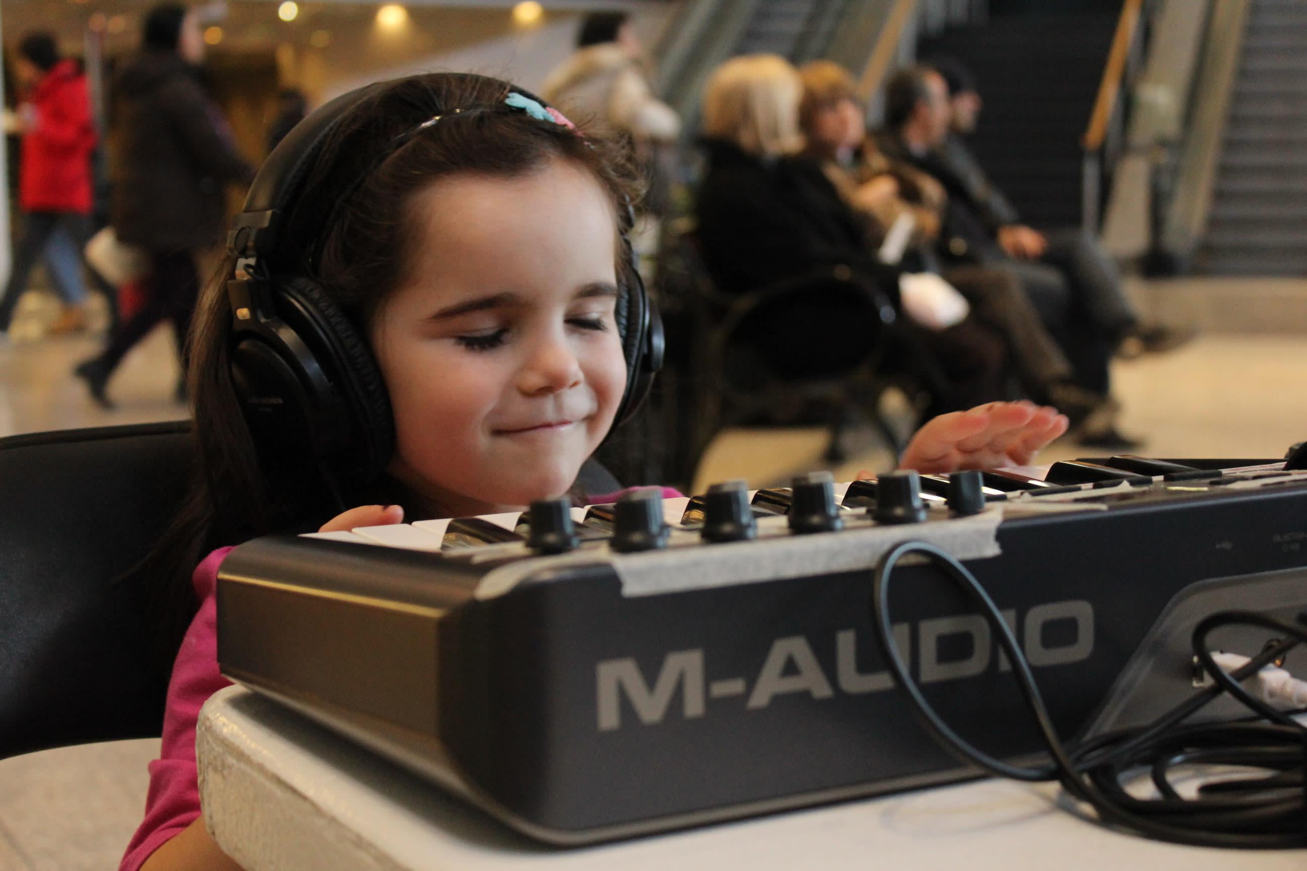 Jeune enfant expérimentant la création sonore