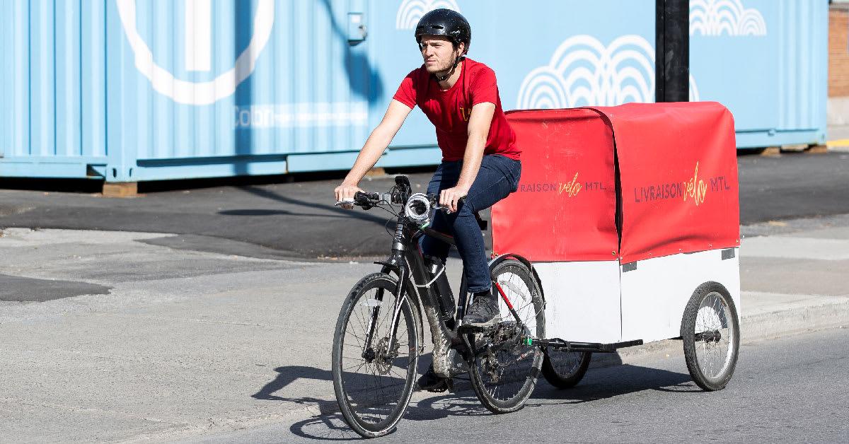 Un livreur en vélo-cargo