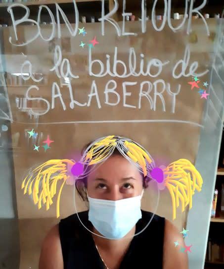 Photo d'une employés portant un couvre-visage mais déguisée de chouette façon