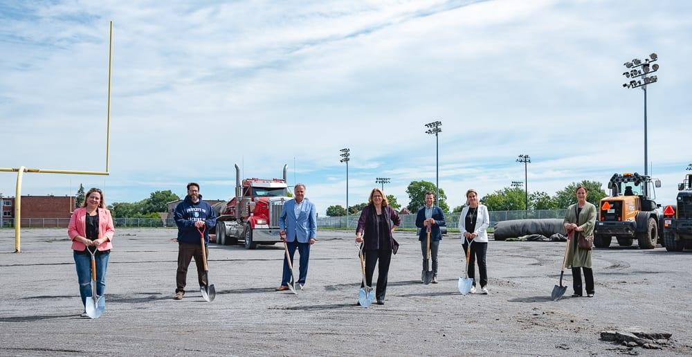 Des élus et réprésentants du club de soccer sont présents à la pelletée de terre au parc Dalbé-Viau.