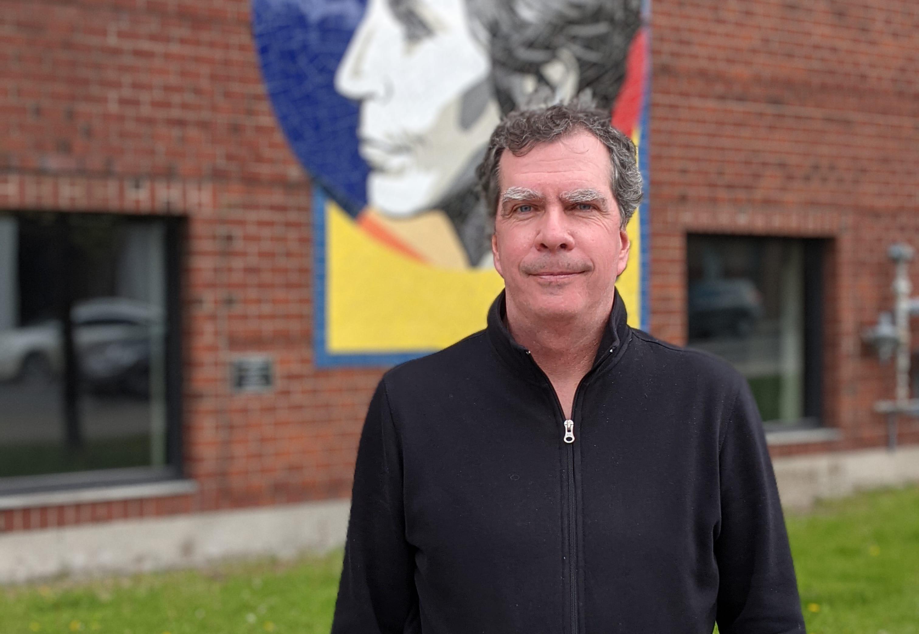 Fabien Deschênes, debout devant la maison de la culture Janine-Sutto
