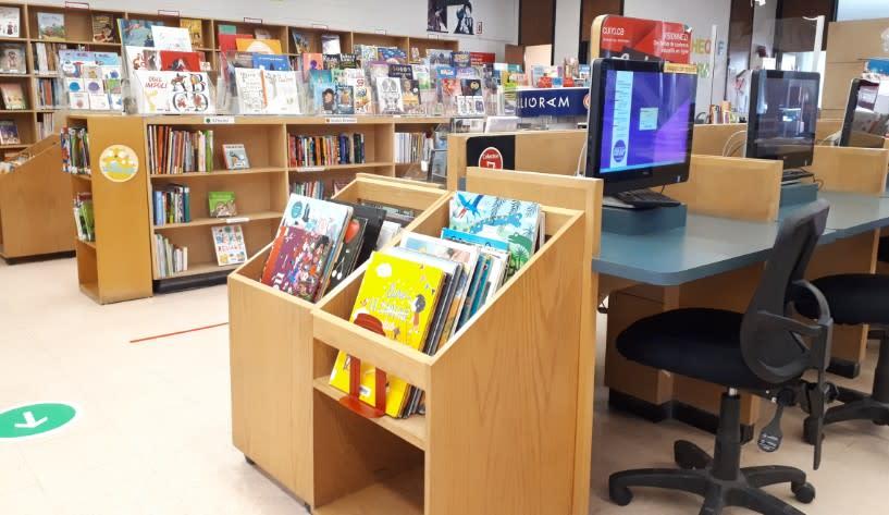 Photographie d'un poste de travail de la bibliothèque de Salaberry