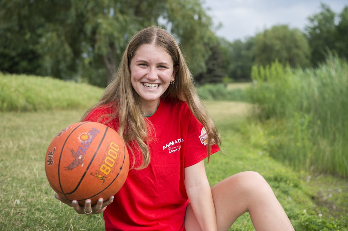 photo d'une jeune animatrice qui joue au ballon au parc Ahuntsic