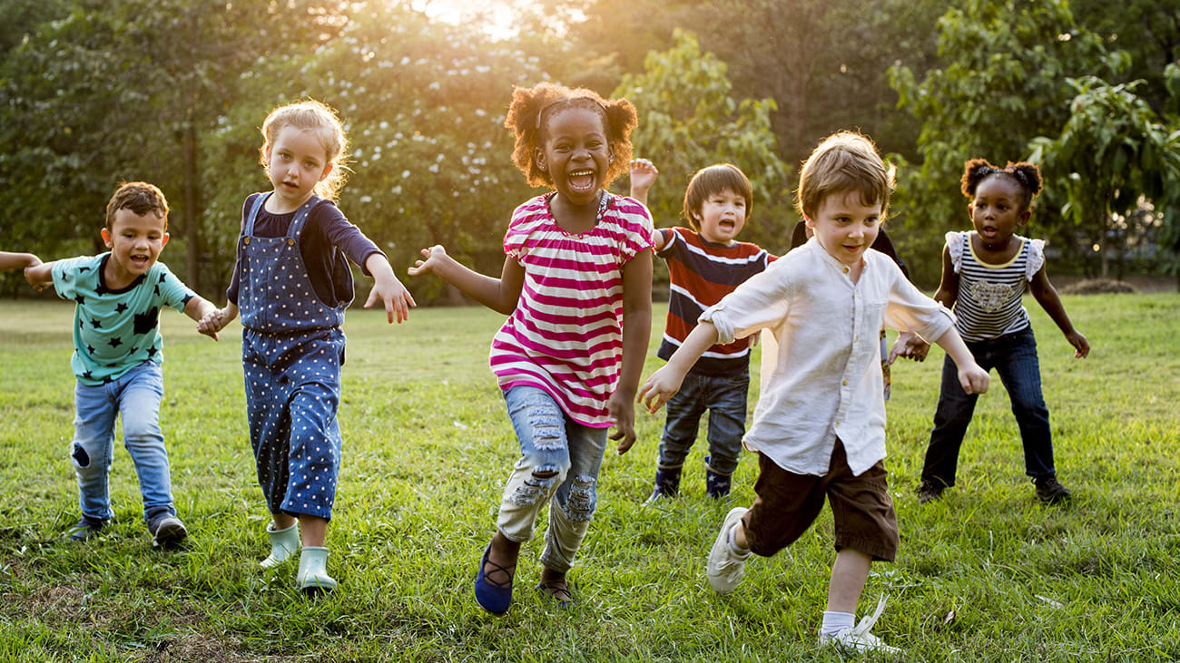 Des enfants jouent dans un parc