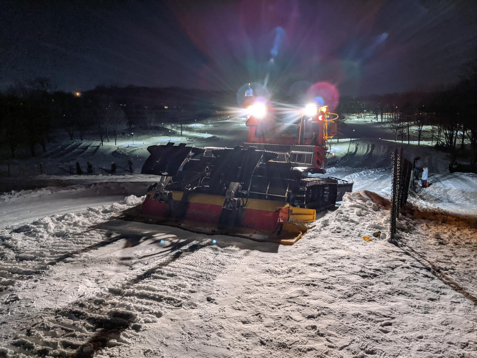 Dameuse-traceuse sur une piste de glisse au mont Royal de nuit