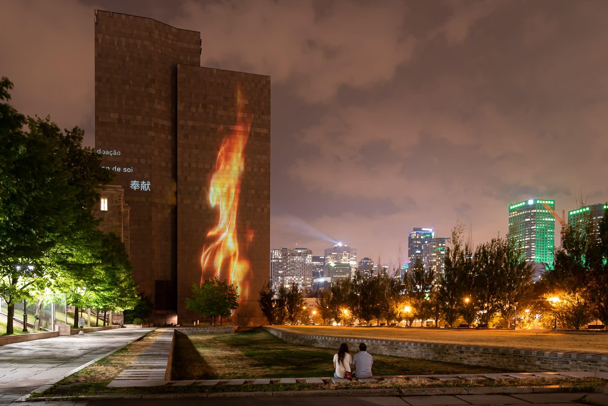 Projection d'une flamme lors du parcours Hommage à notre humanité