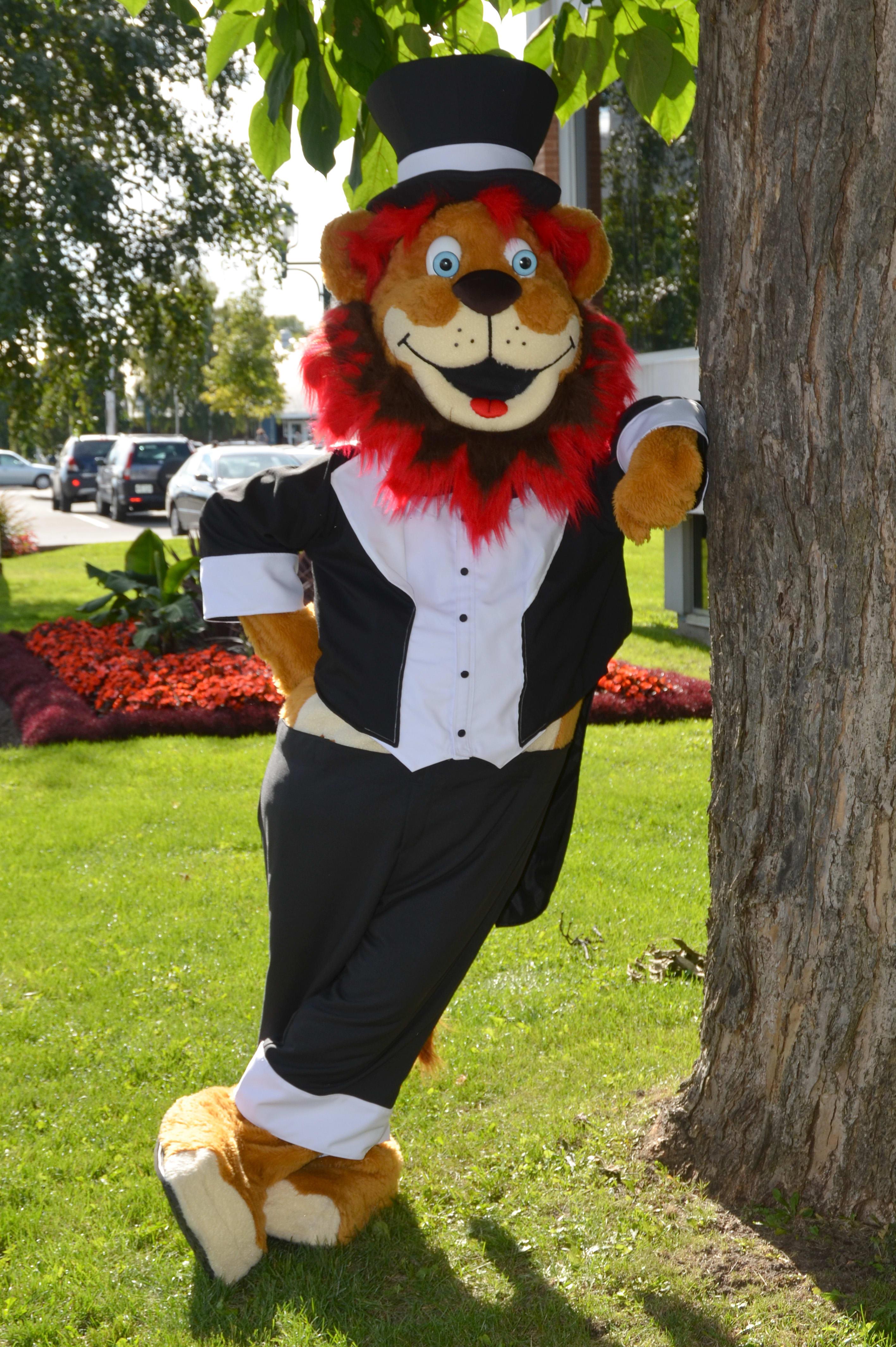 La mascotte Léo en costume de soirée
