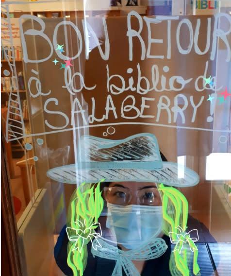 Photographie d'une employée portant un couvre-visage et coiffée d'un chapeau