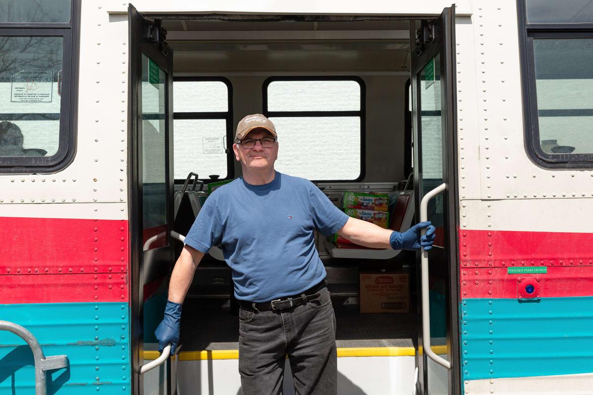Un autobus transformé en cantine pour l'aide alimentaire.