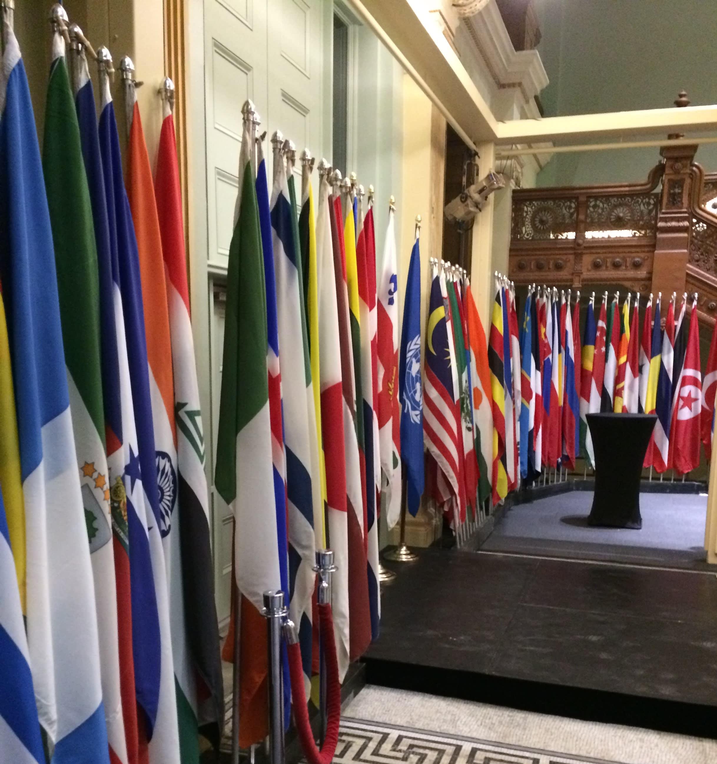 Plusieurs drapeaux au vestibule de l'hôtel de ville