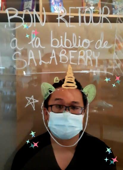 Photographie d'une employée de la biblio de Salaberry portant un couvre-visage et un chapeau pointu