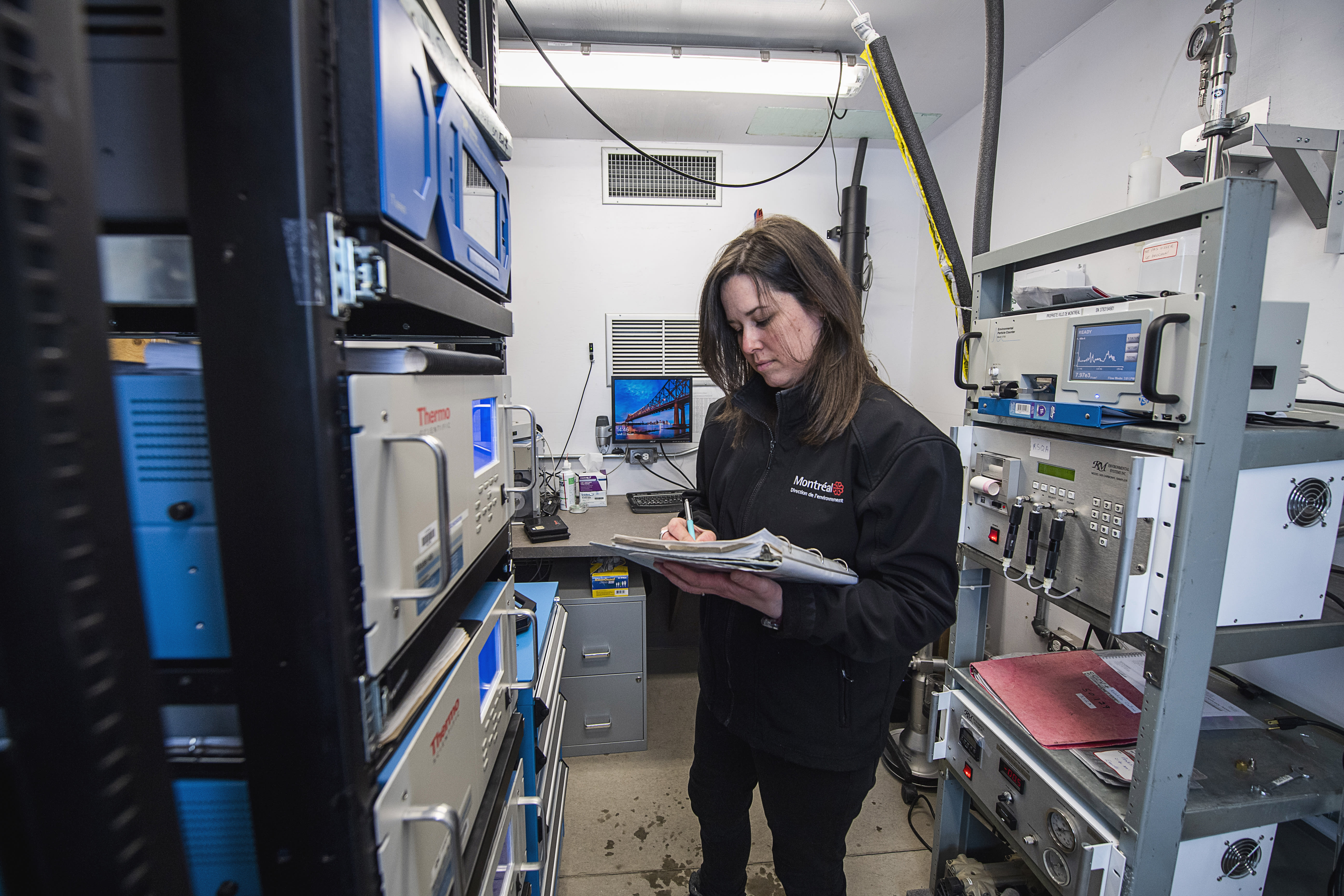 Audrey Giasson au travail à la station de la qualité de l'air de Pointe-aux-Trembles