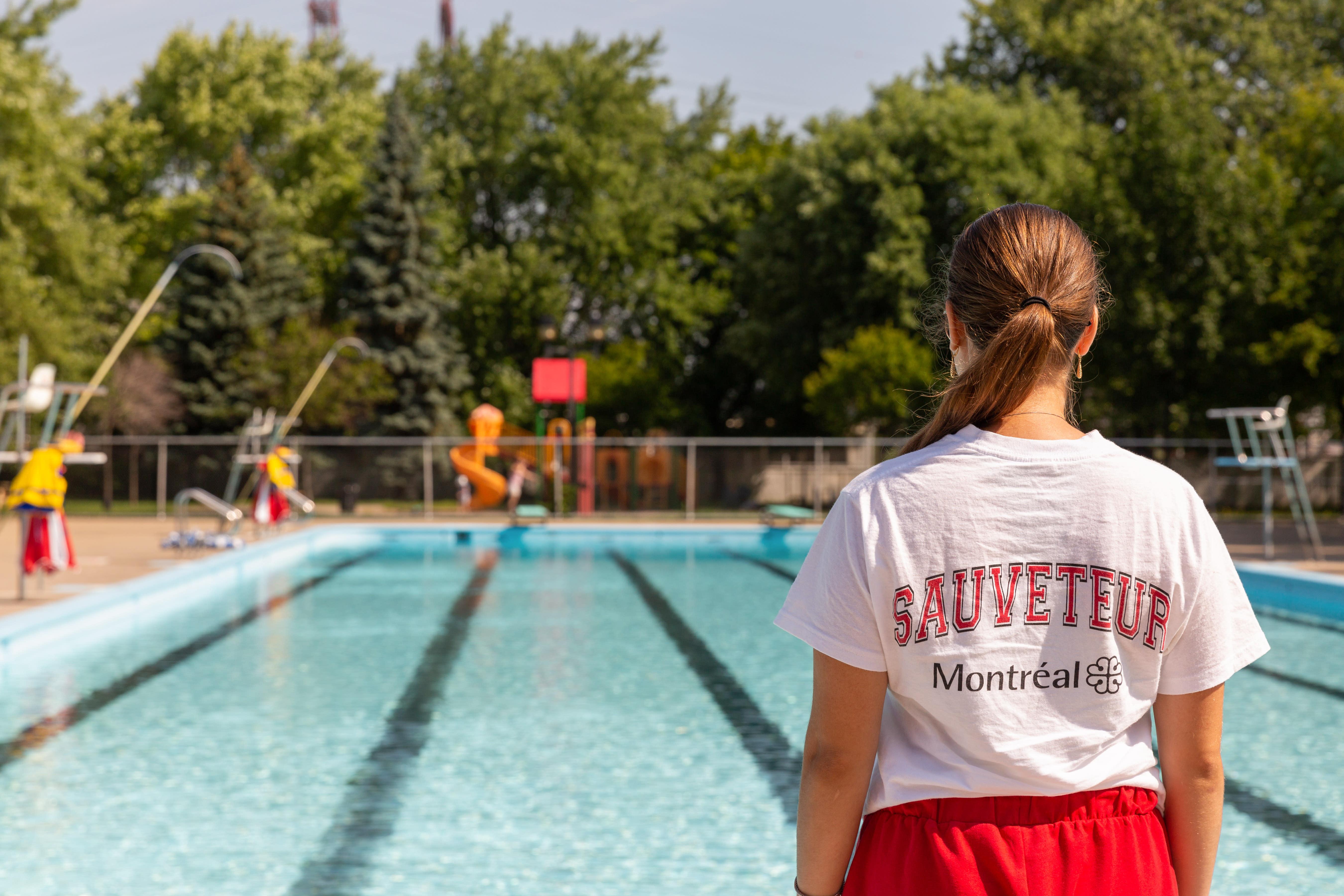 Sauveteur devant une piscine