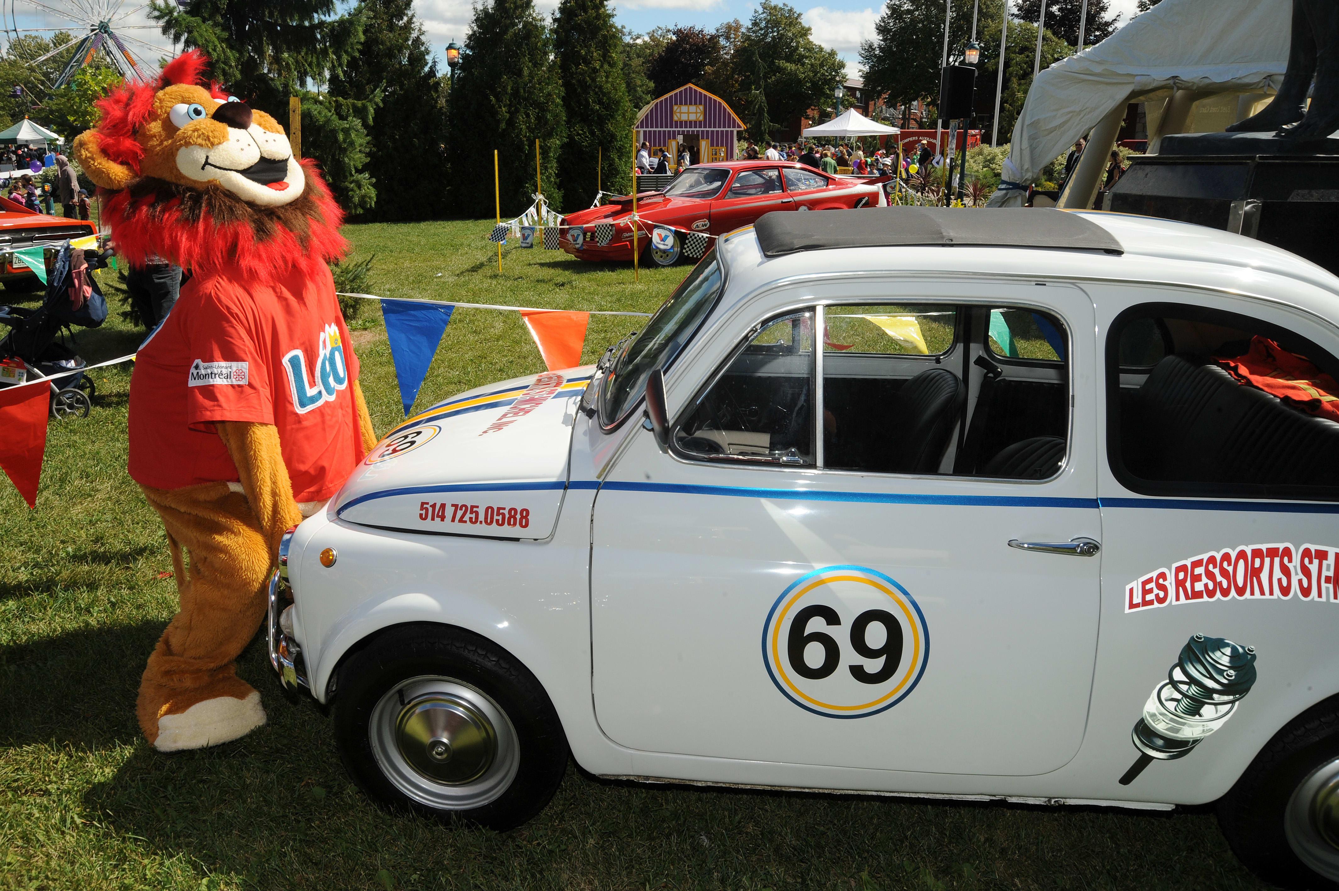La mascotte Léo lève un véhicule