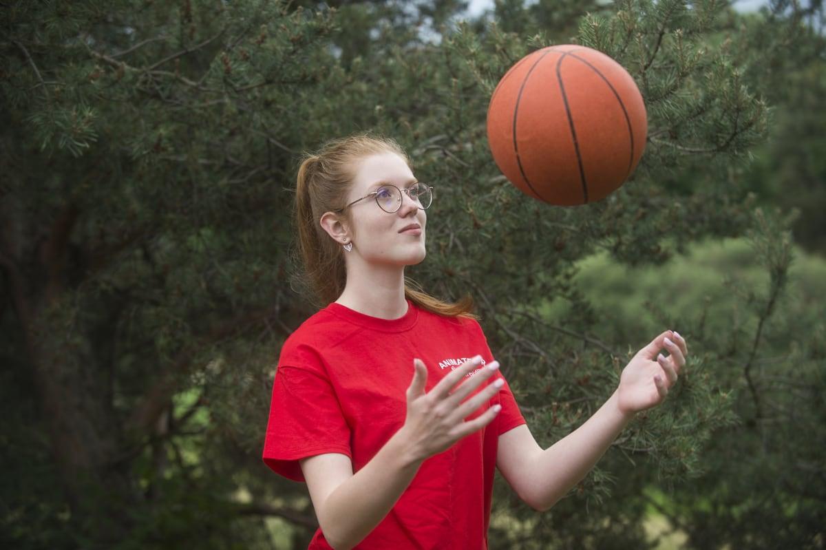 photo d'une animatrice au parc jouant avec un ballon