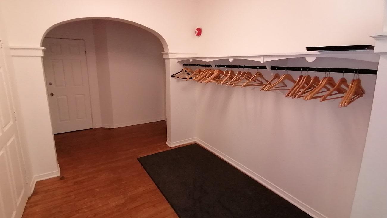 Vestibule servant de vestiaire lors de la location de salles au parc-nature du Bois-de-Liesse.
