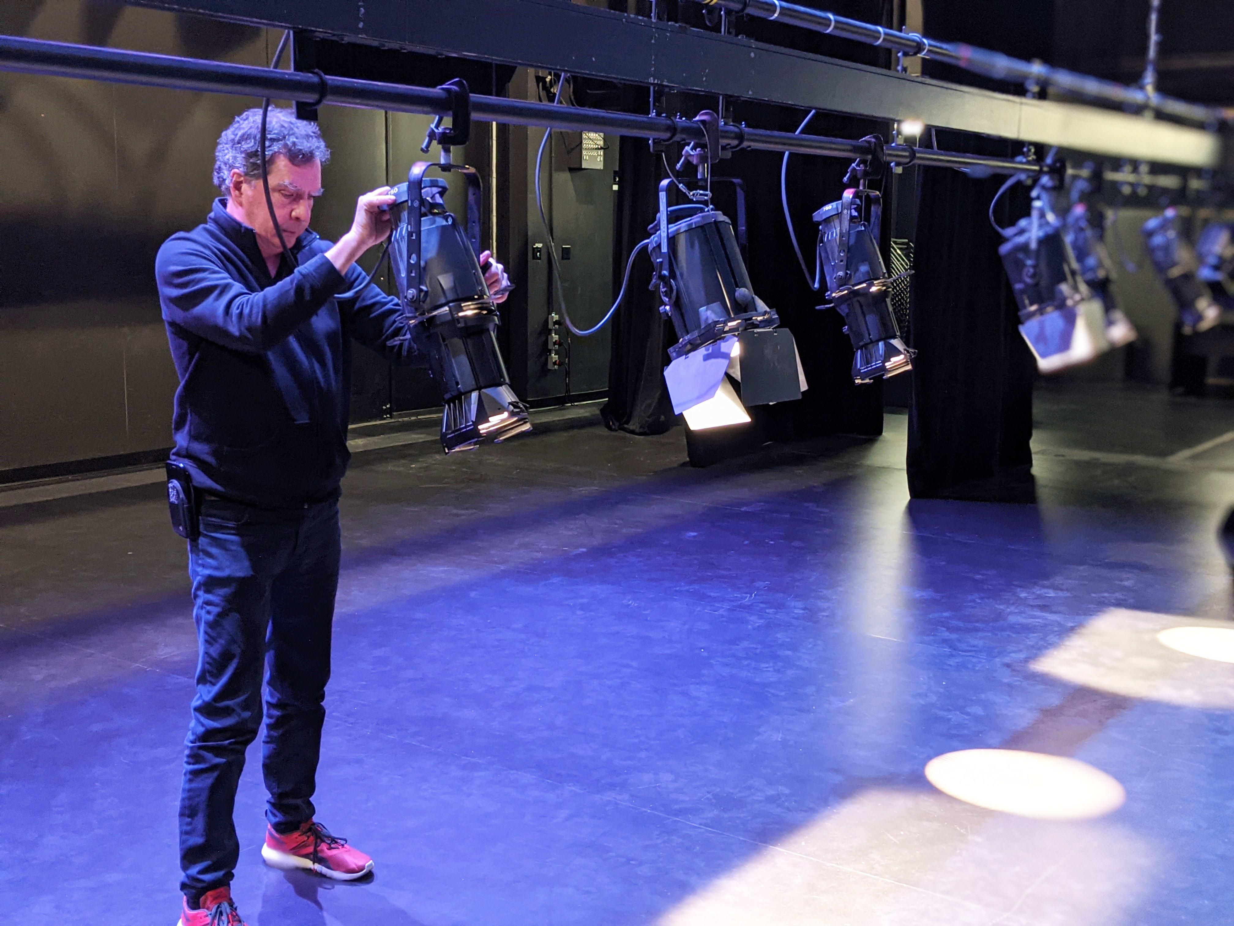Fabien Deschênes ajuste des projecteurs sur scène