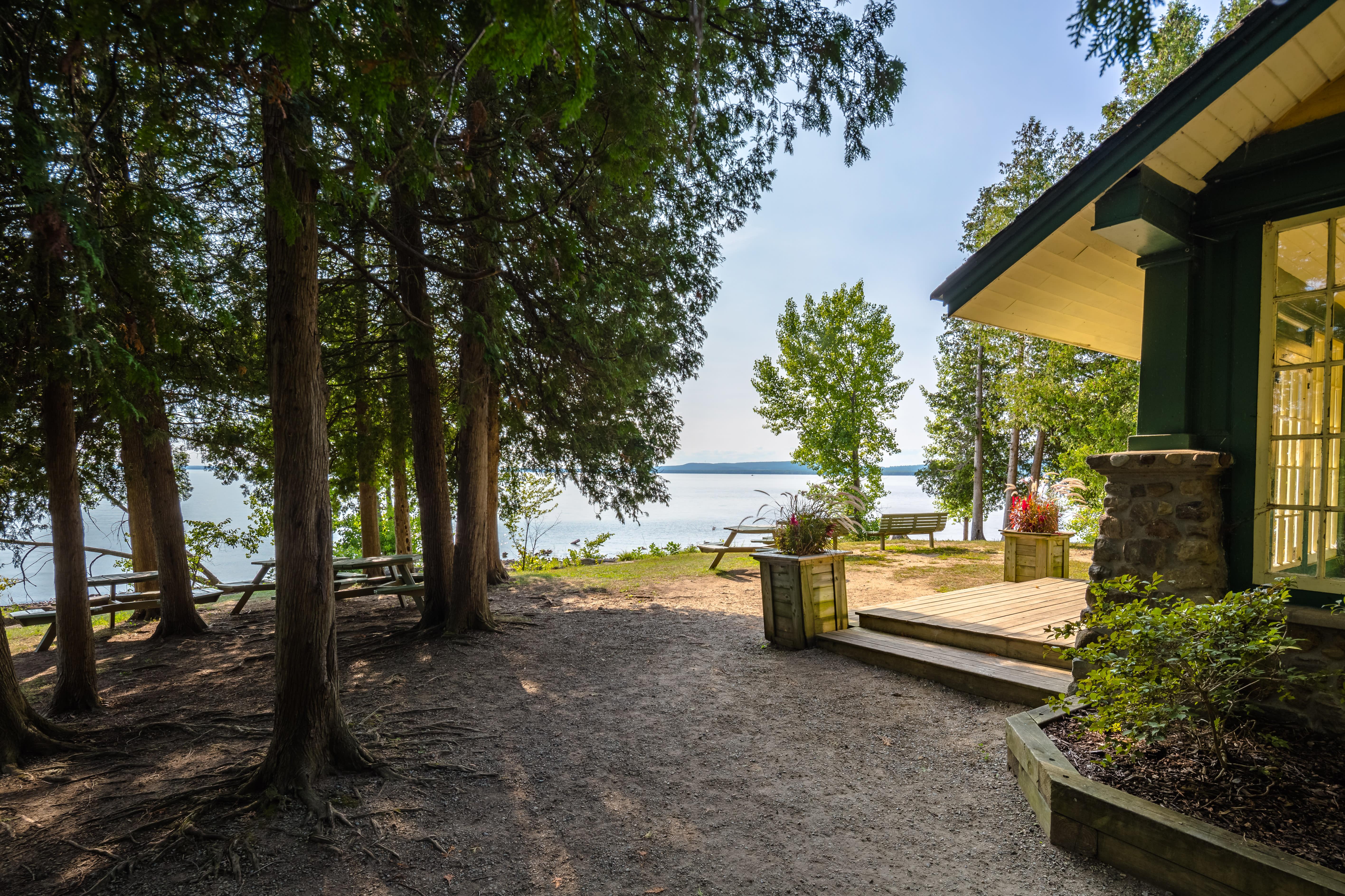 Maison de la Pointe et vue sur le lac des Deux-Montagnes, à louer, au parc-nature du Cap-Saint-Jacques.