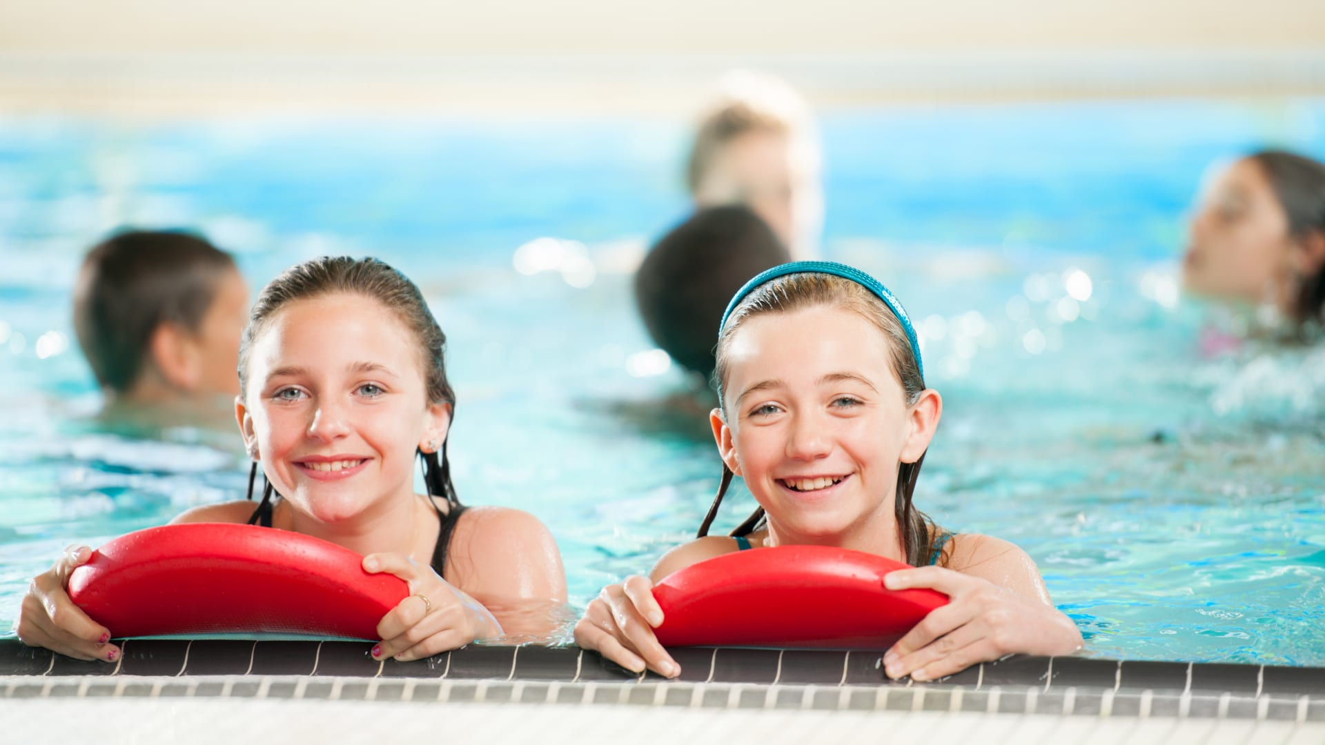 Deux fillettes sur le bord d'une piscine