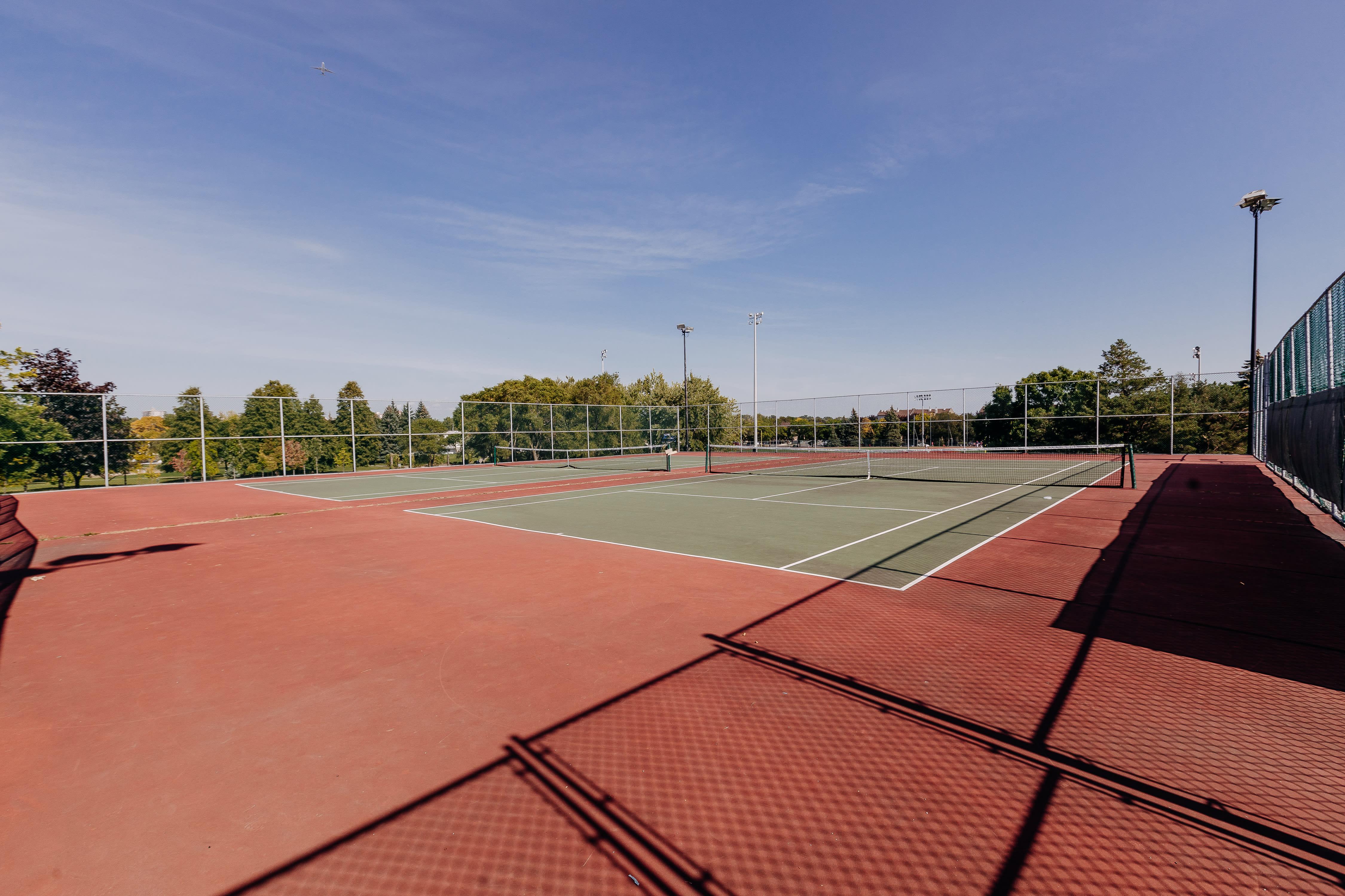 Terrains de tennis au parc Giuseppe-Garibaldi dans l'arrondissement de Saint-Léonard