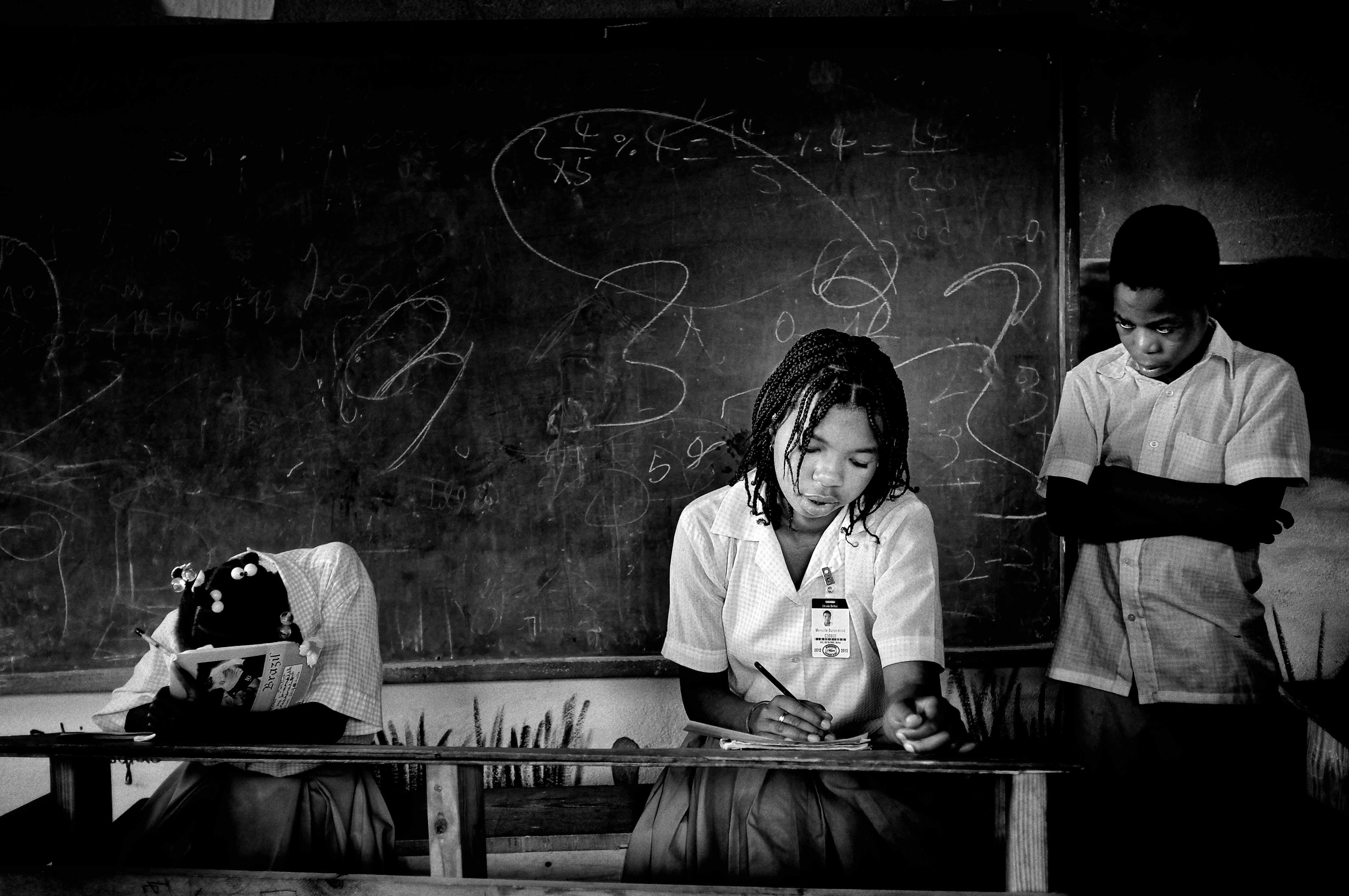 Photo en noir et blanc de trois jeunes écolières