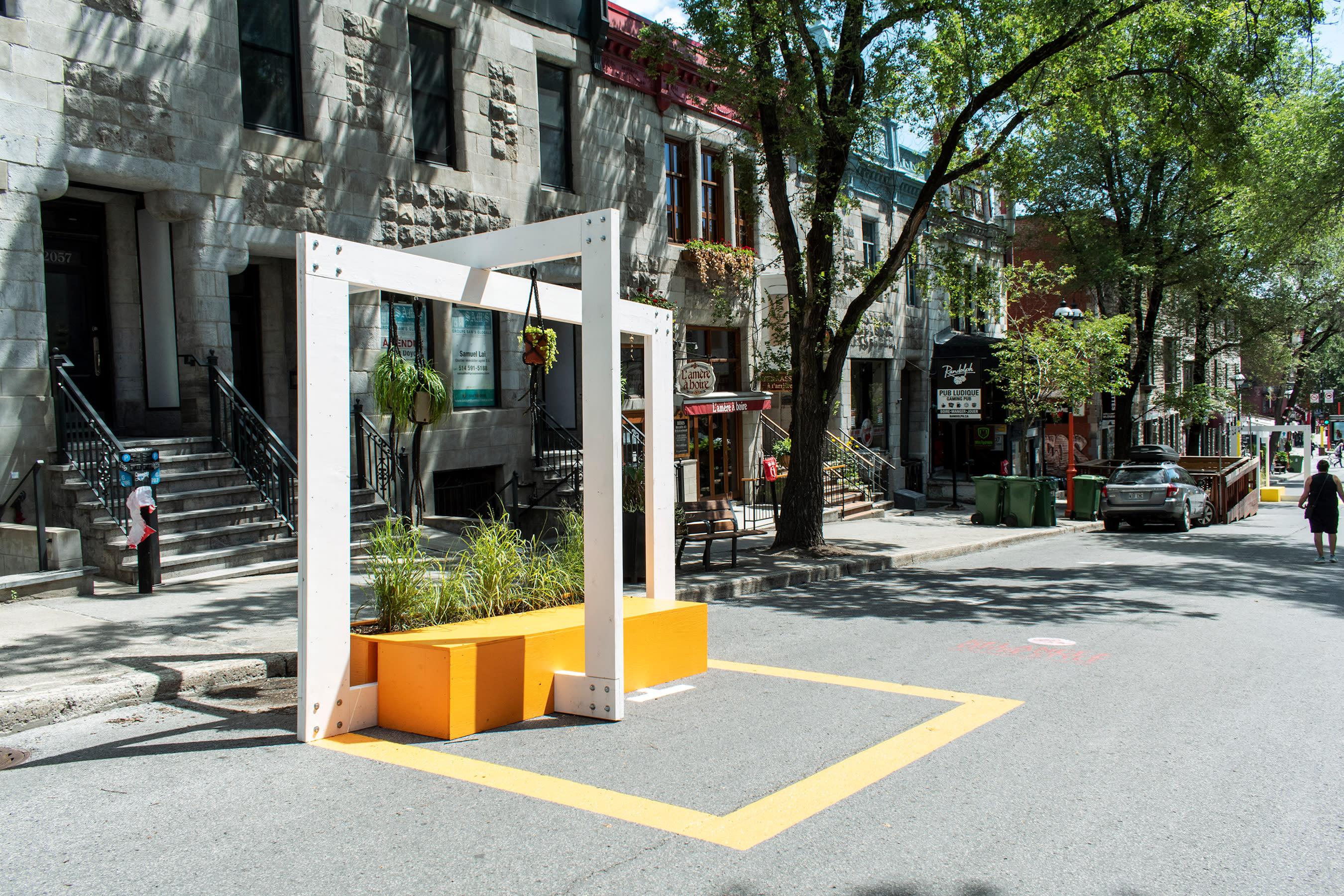 Mobilier urbain sur la rue Saint-Denis