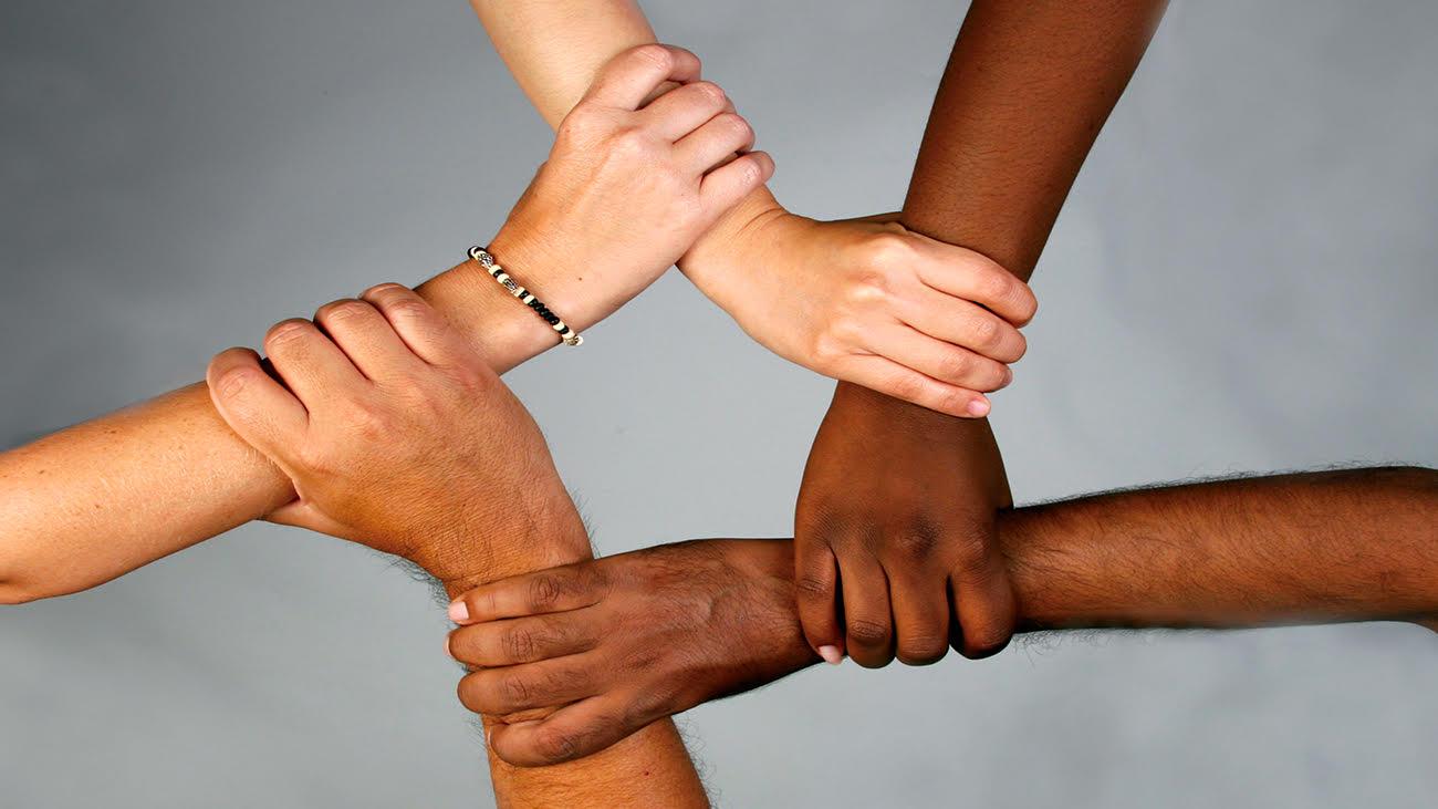Mains qui expriment la solidarité