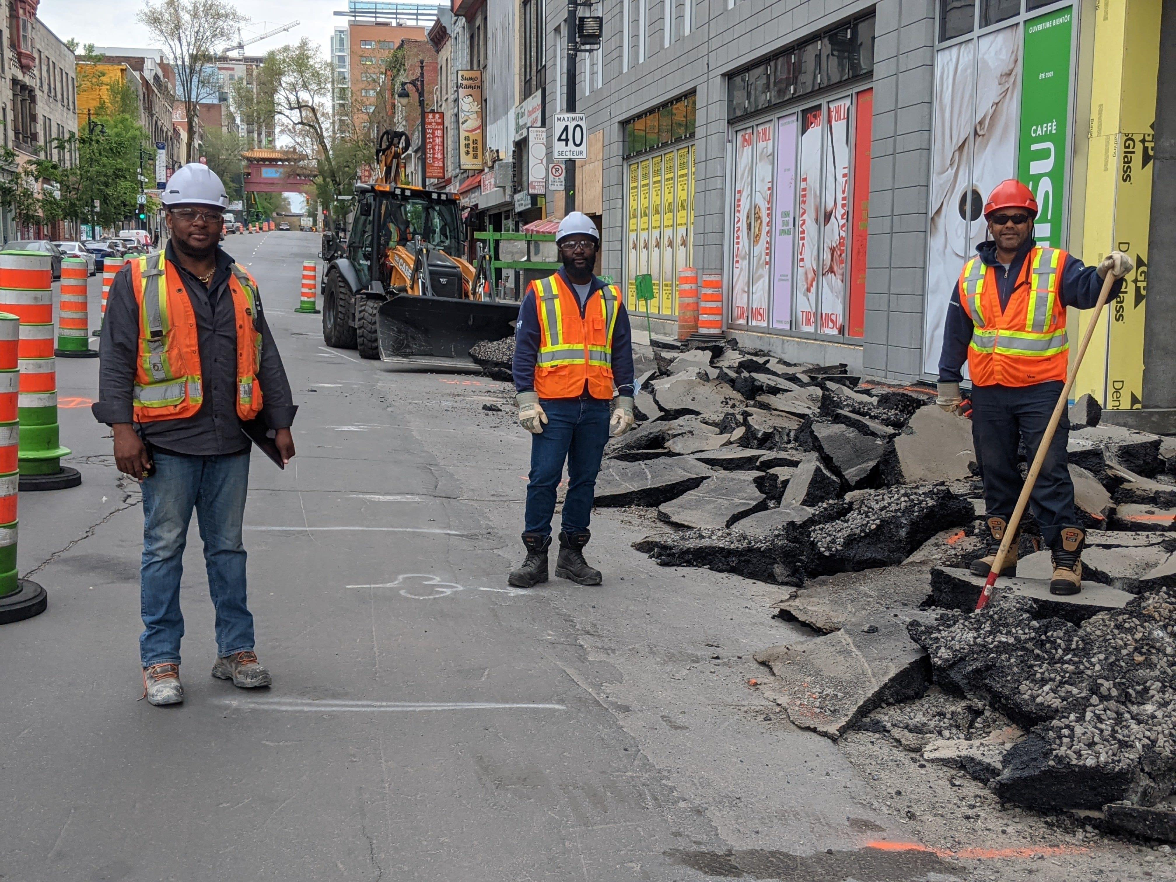L'équipe du béton devant un trottoir en démolition