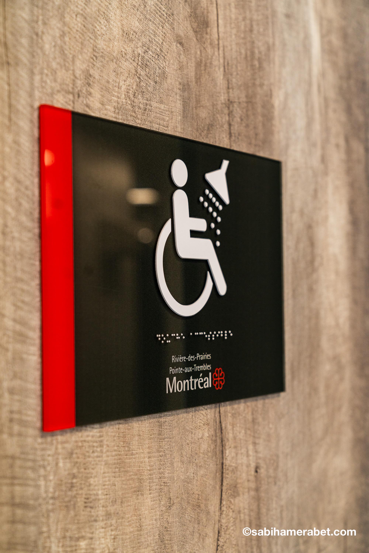 panneau chaise roulante avec braille