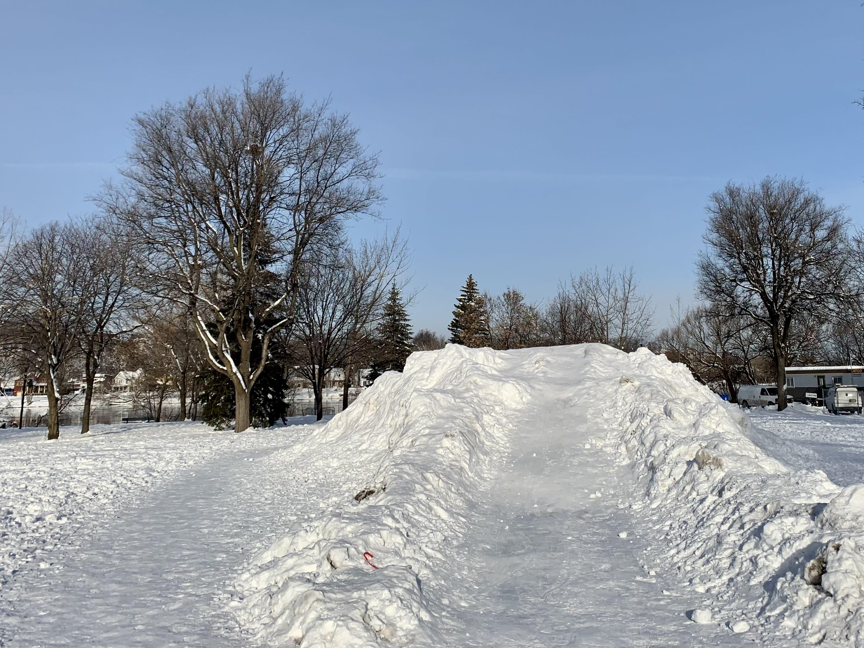 Butte de glissade parc Aimé-Léonard