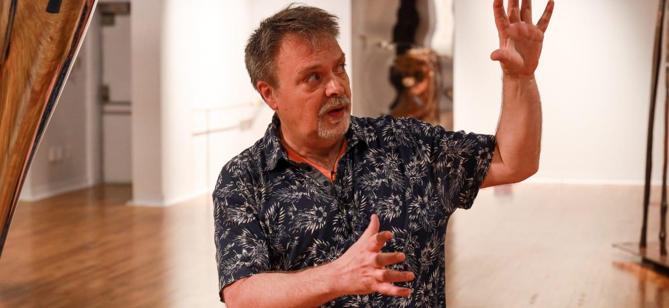 Marc-Alain explique les oeuvres en encourageant le dialogue