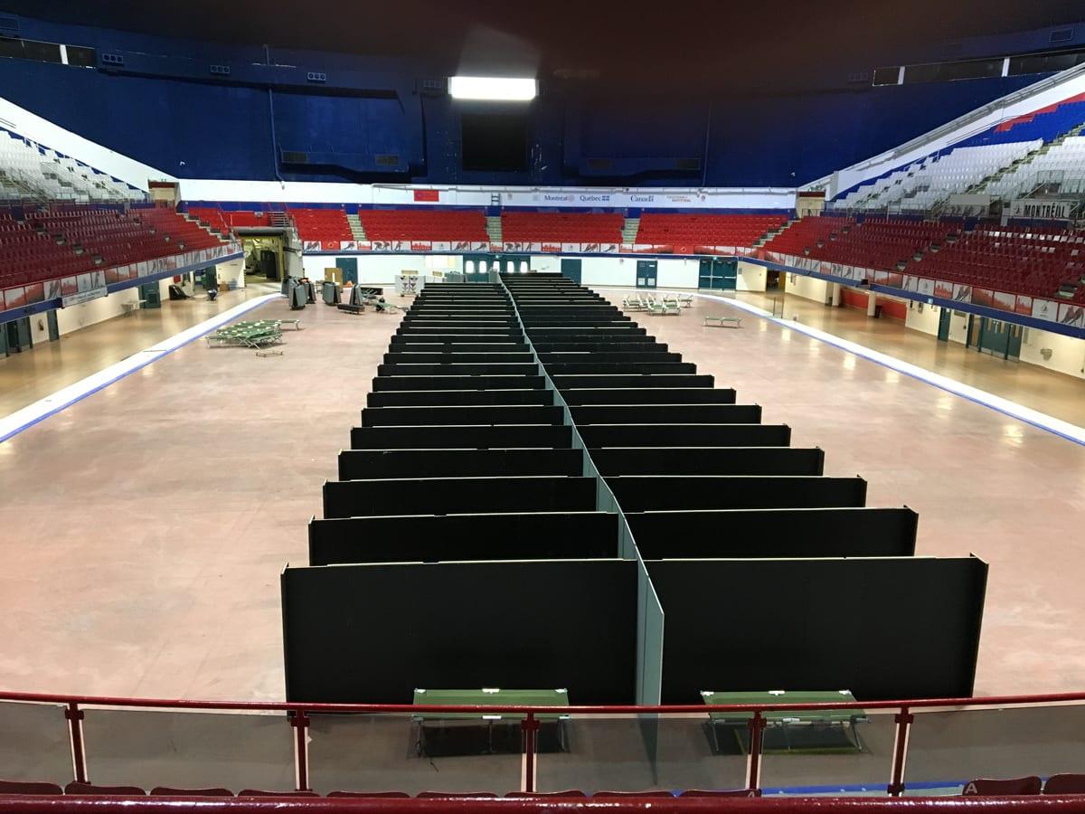 Prise de vue de l'aménagement du centre d'hébergement à l'aréna Maurice-Richard.