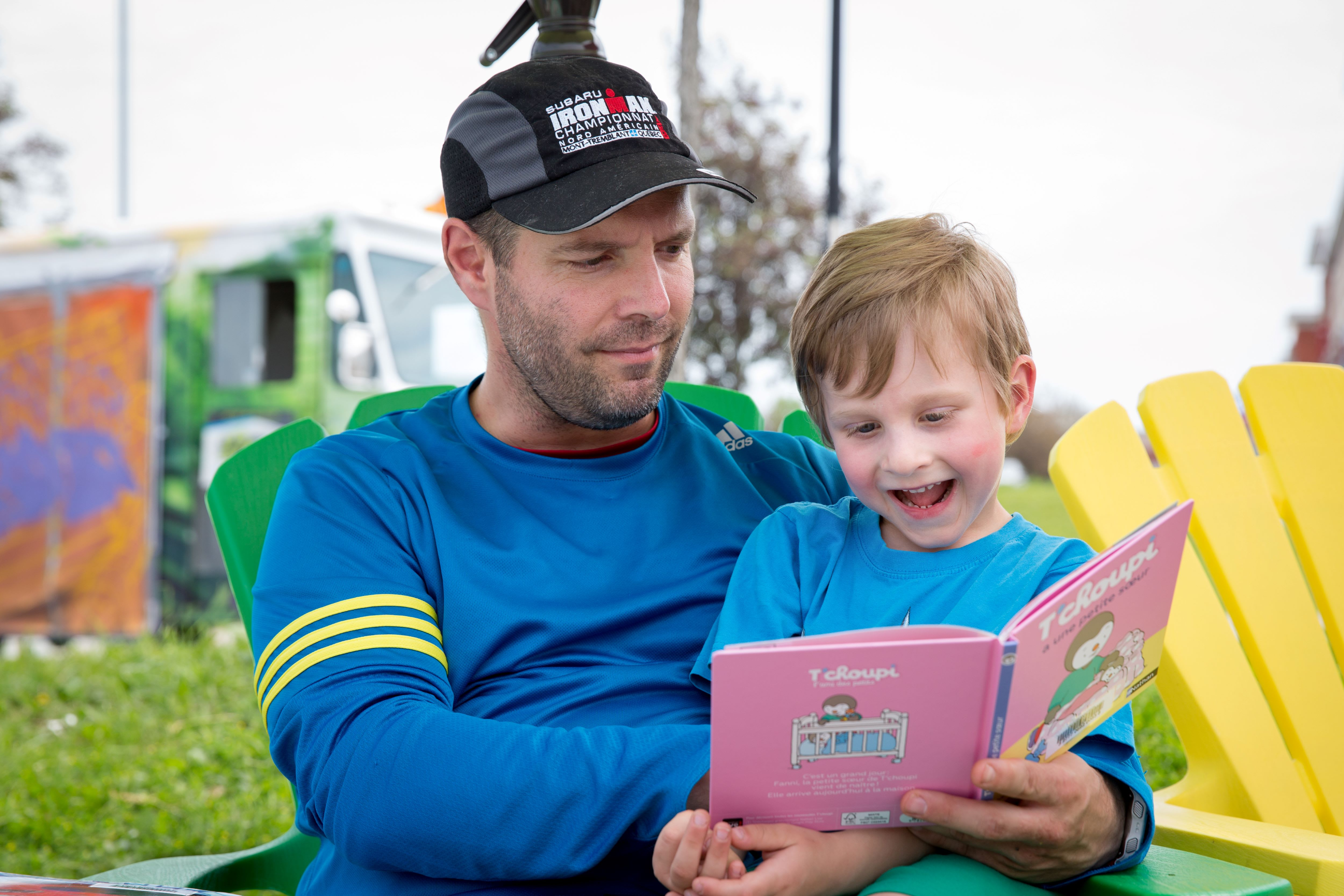 Adulte et enfant qui lisent un livre