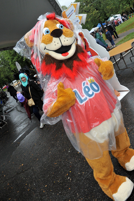 La mascotte Léo sous la pluie